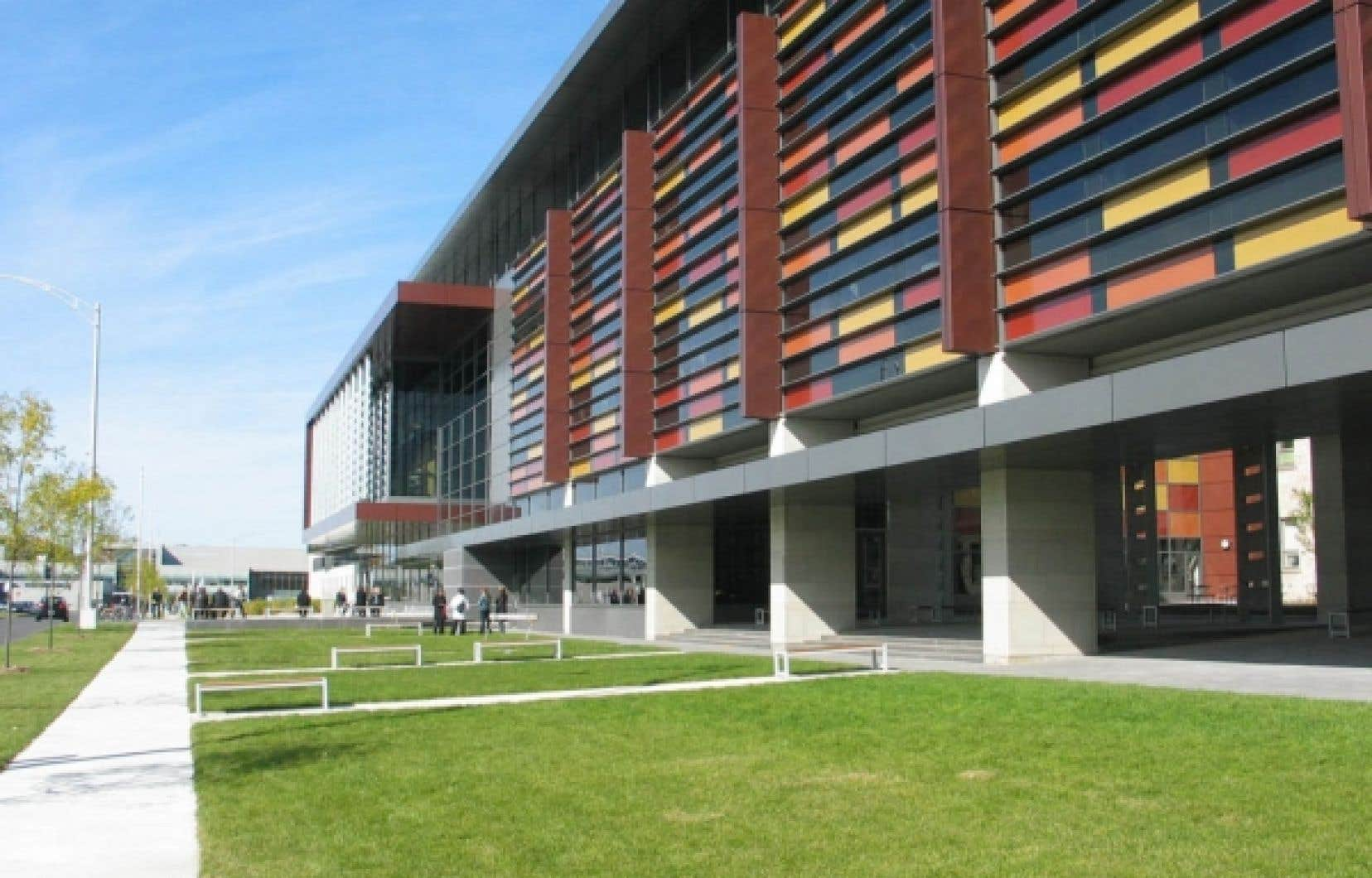 Le nouveau pavillon Ferdinand-Vandry de l'Université Laval est un vaste complexe intégré de formation en sciences de la santé qui accueille aussi les sciences infirmières.