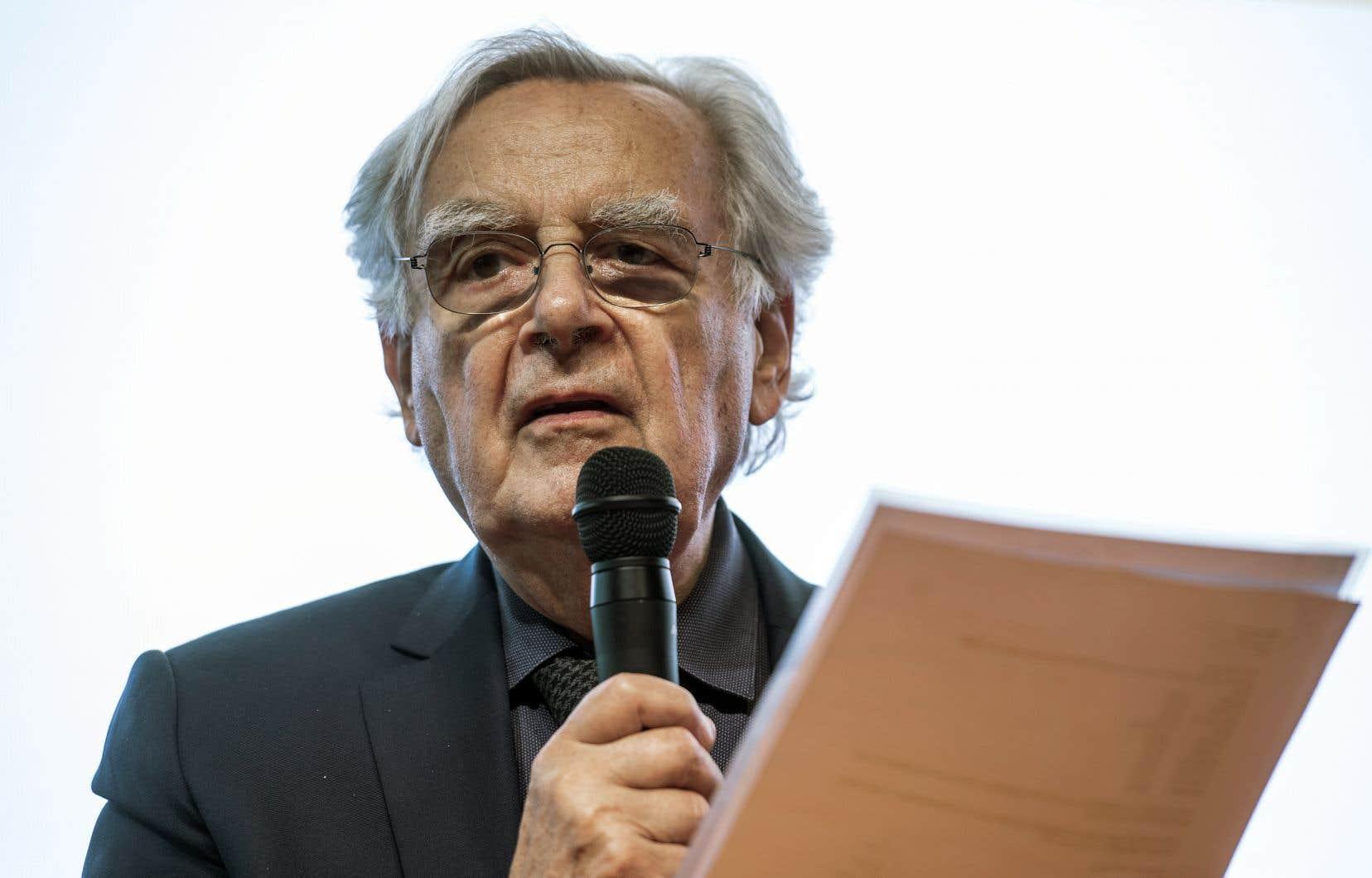 En octobre 2004, Bernard Pivot a été le premier non-écrivain à rejoindre la prestigieuse Académie Goncourt.