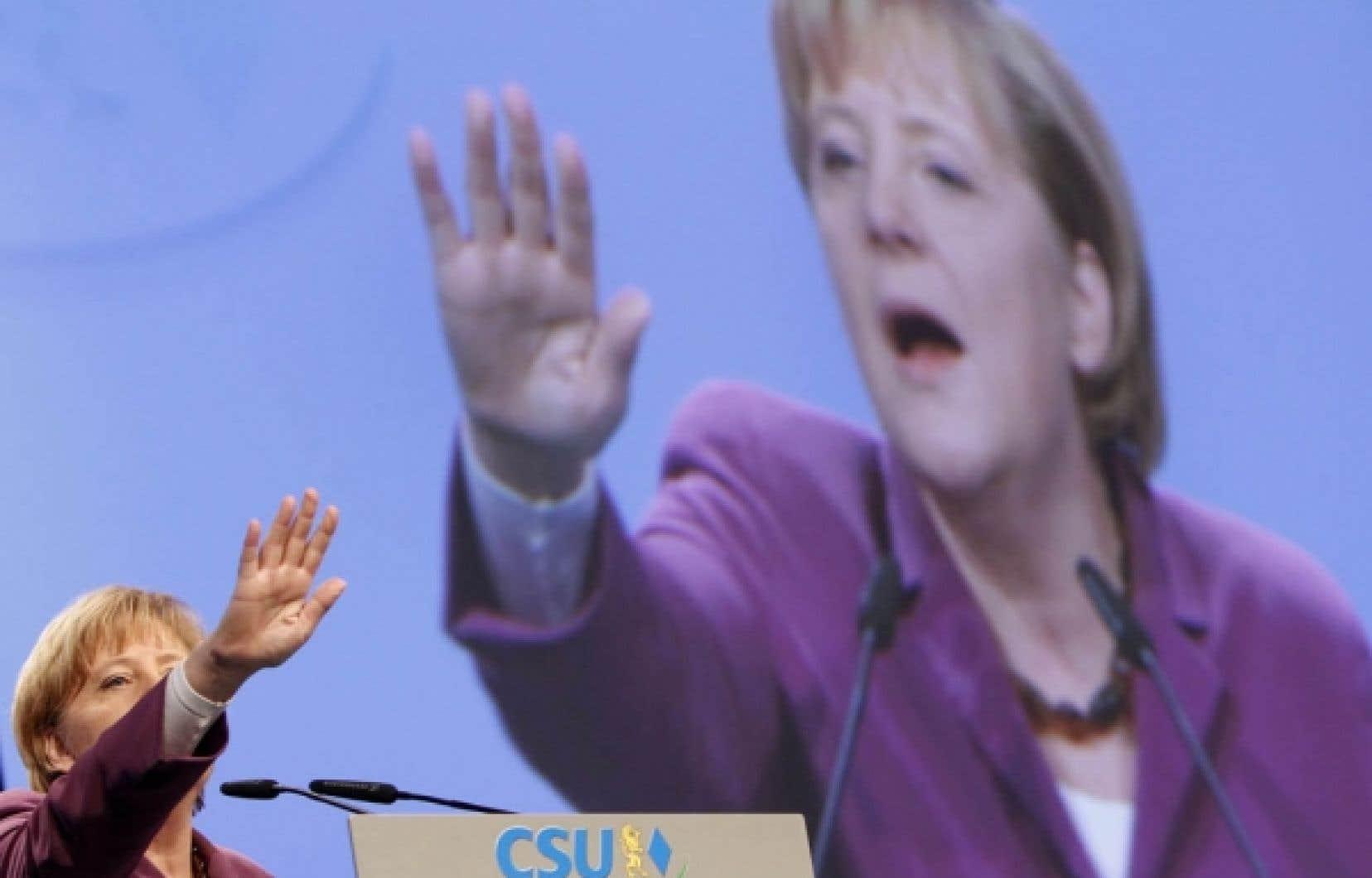 La chancelière allemande, Angela Merkel, a obtenu qu'on rouvre le traité de Lisbonne afin d'éviter que la Cour constitutionnelle bloque le mécanisme de gestion de crise.<br />