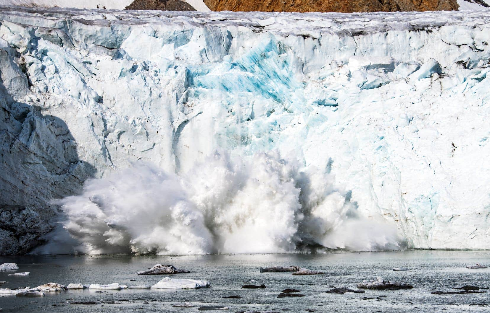 Une masse de glace se détache du glacier Apusiajik, sur la côte sud-est du Groenland.