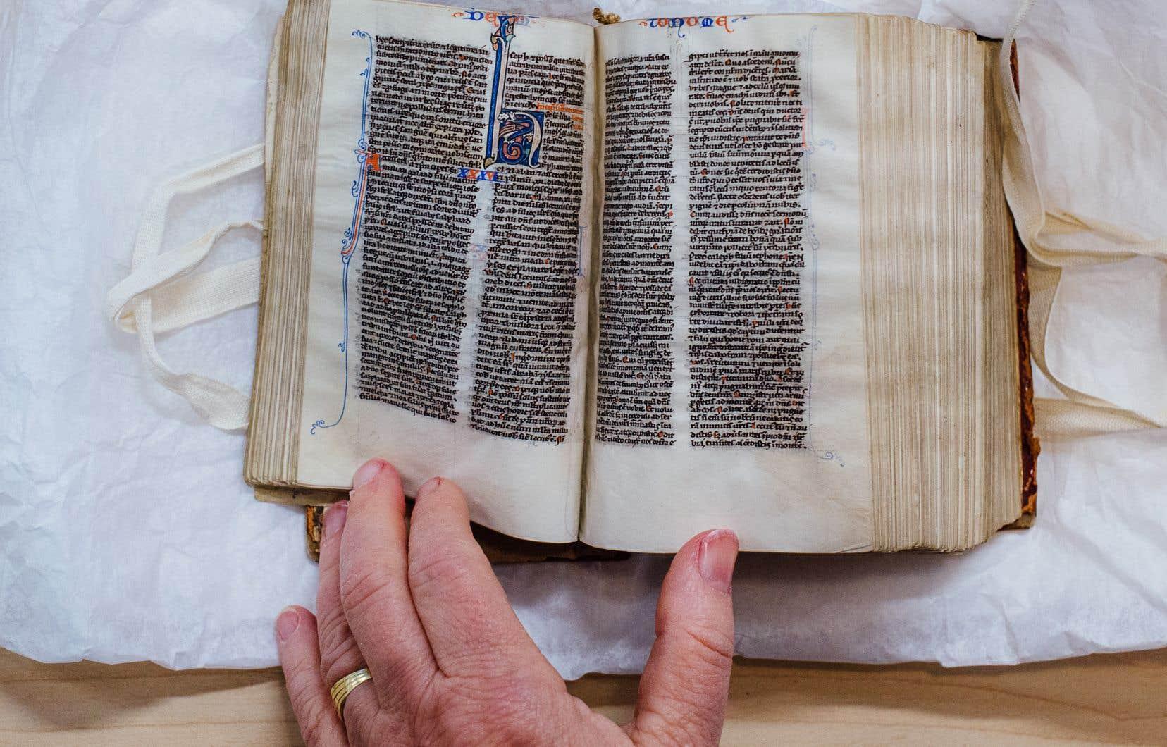 Détail des caractères et des enluminures d'un livre ancien