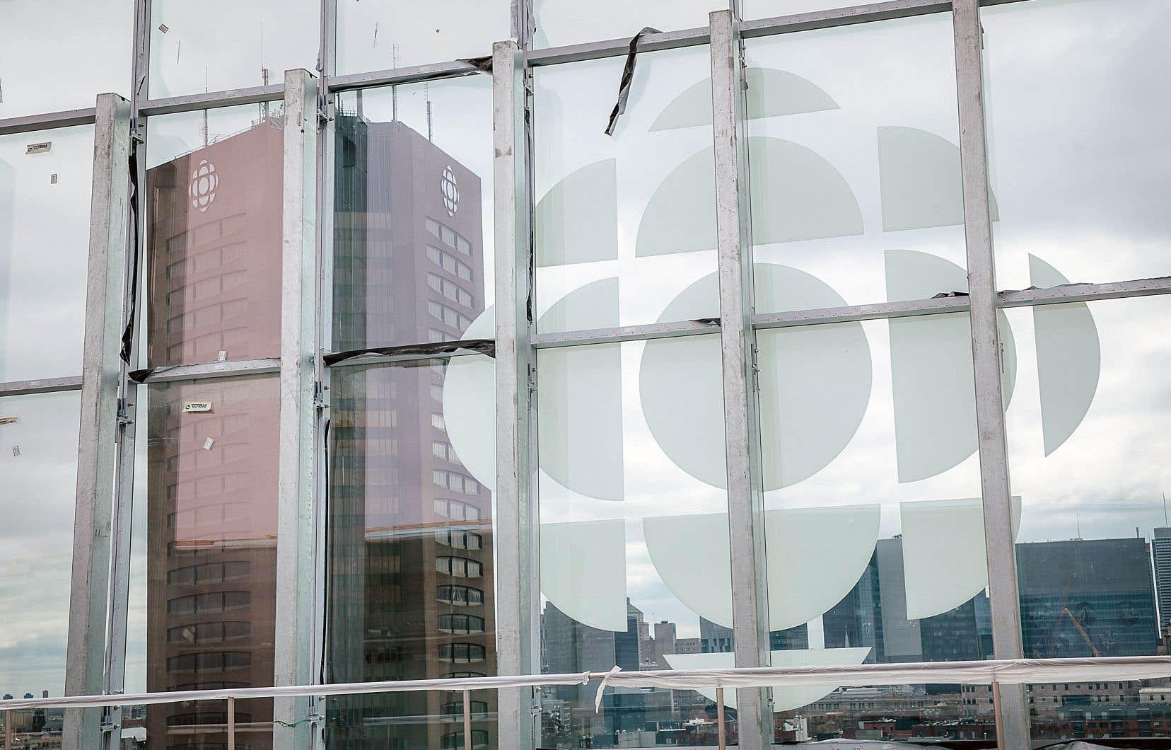 Dans les cas où le diffuseur public est le premier à traiter d'une nouvelle, son secteur de l'information préconisera maintenant des mentions telles que «Radio-Canada a appris que…» ou «Selon les informations obtenues par Radio-Canada.»