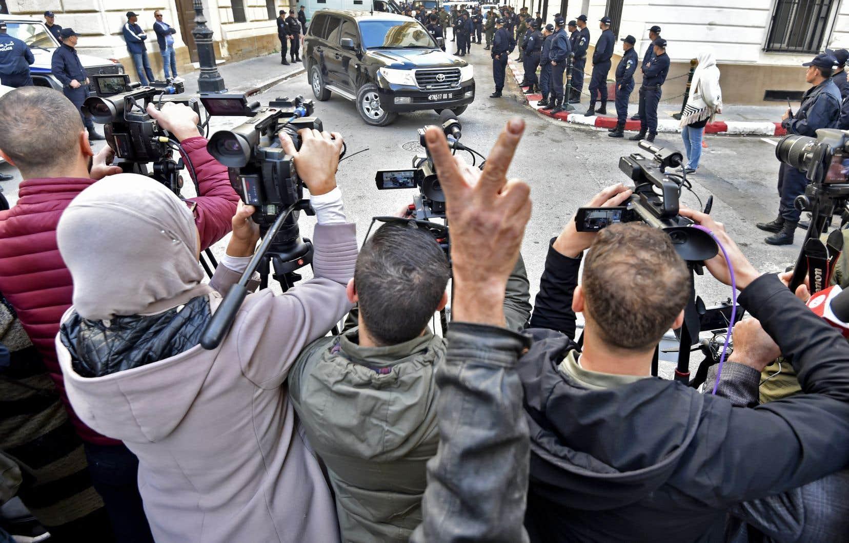 Le procès pour corruption de personnalités politiques s'est ouvert sous forte présence policière, à Alger.