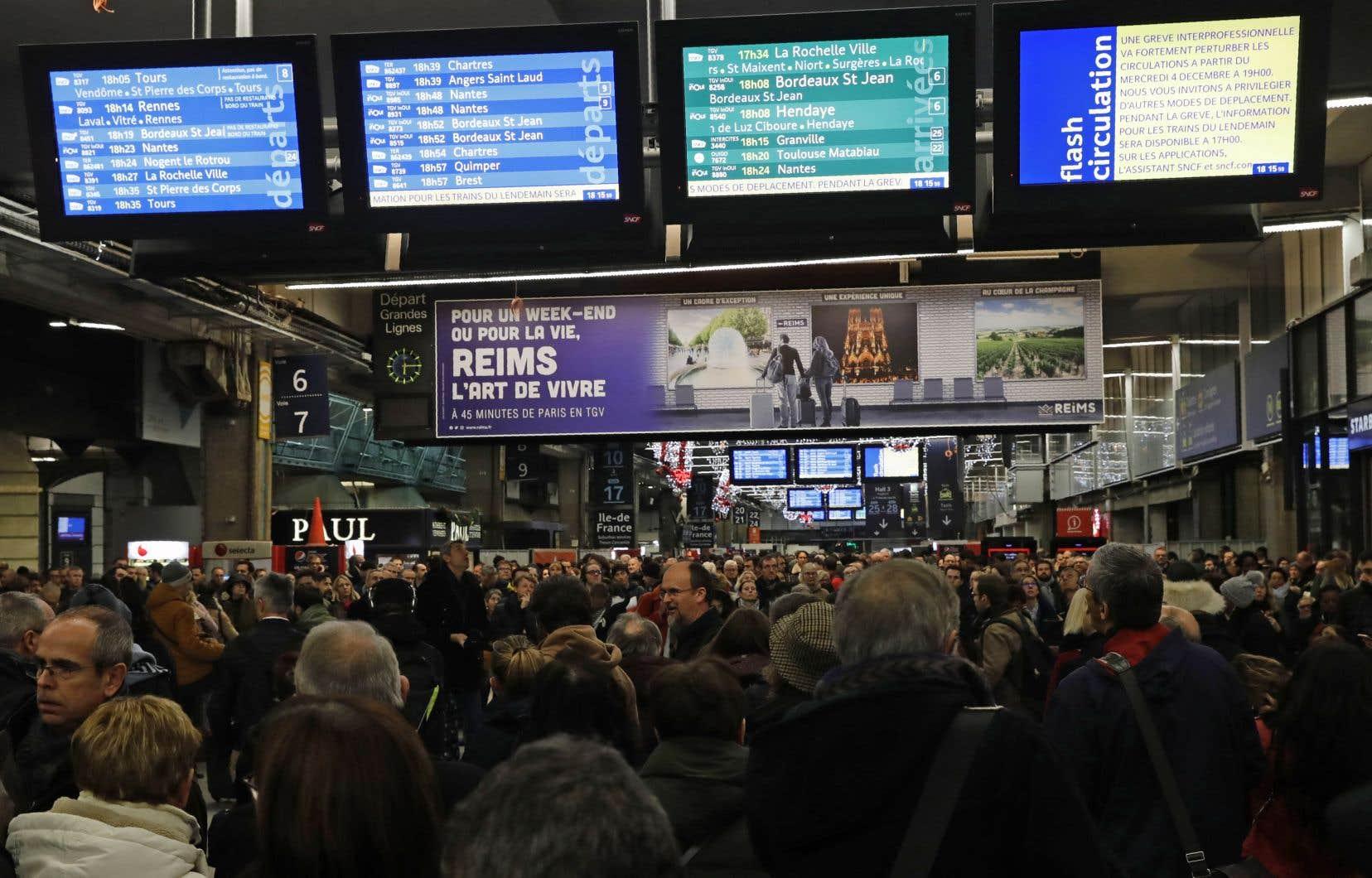 La gare Montparnasse à Paris, à la veille de la grande grève qui paralysera les transports ce jeudi.