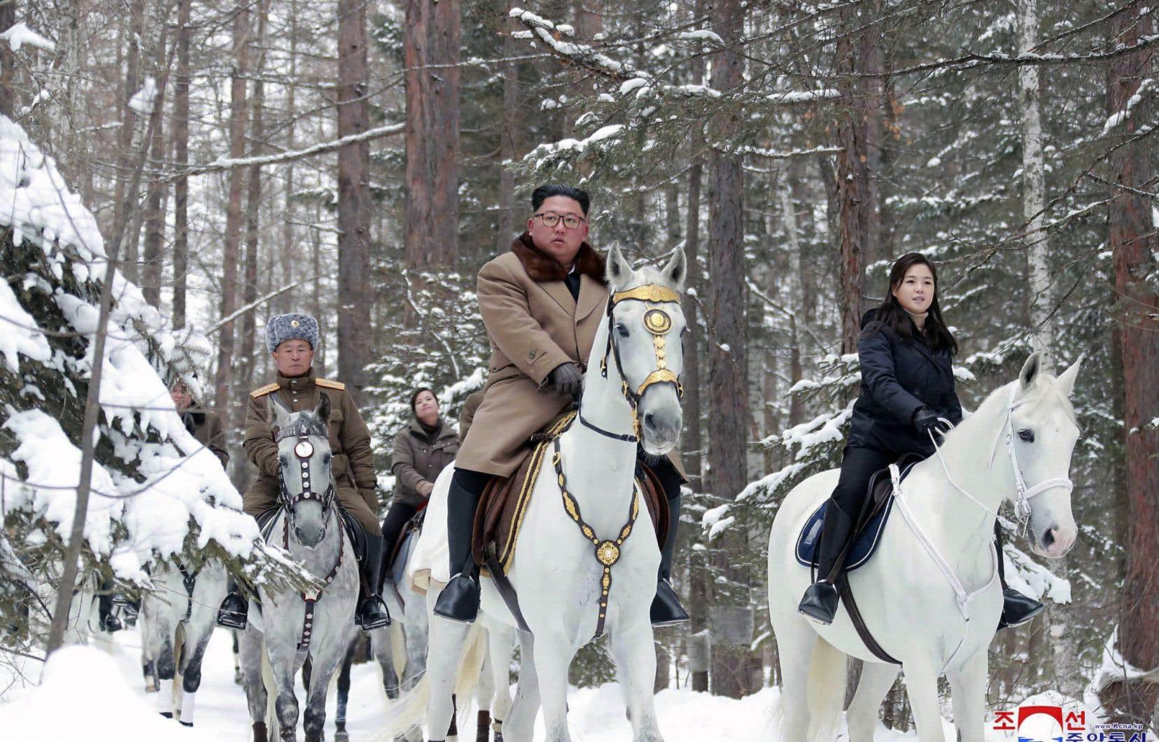 L'agence officielle nord-coréenne KCNA a diffusé, mercredi, des photos de Kim Jong-un à cheval dans la neige avec son épouse, Ri Sol-ju, et sa garde rapprochée.