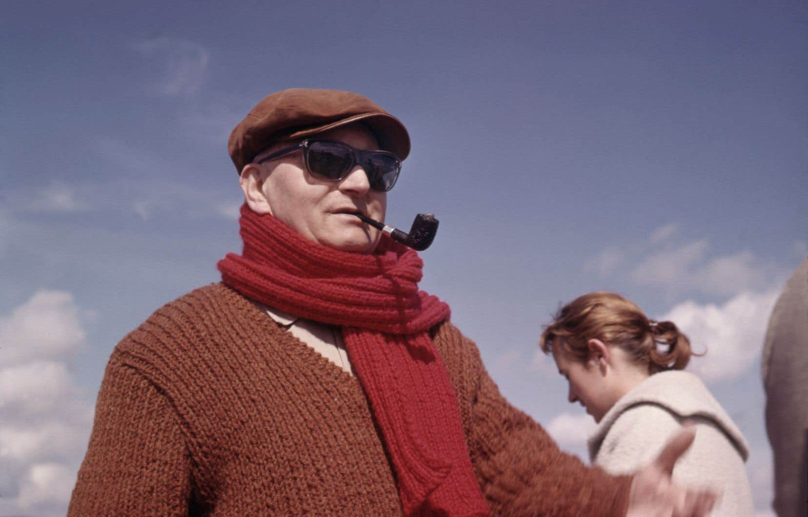L'écrivain français Jean Giono est photographié sur le tournage d'un de ses films en 1970.