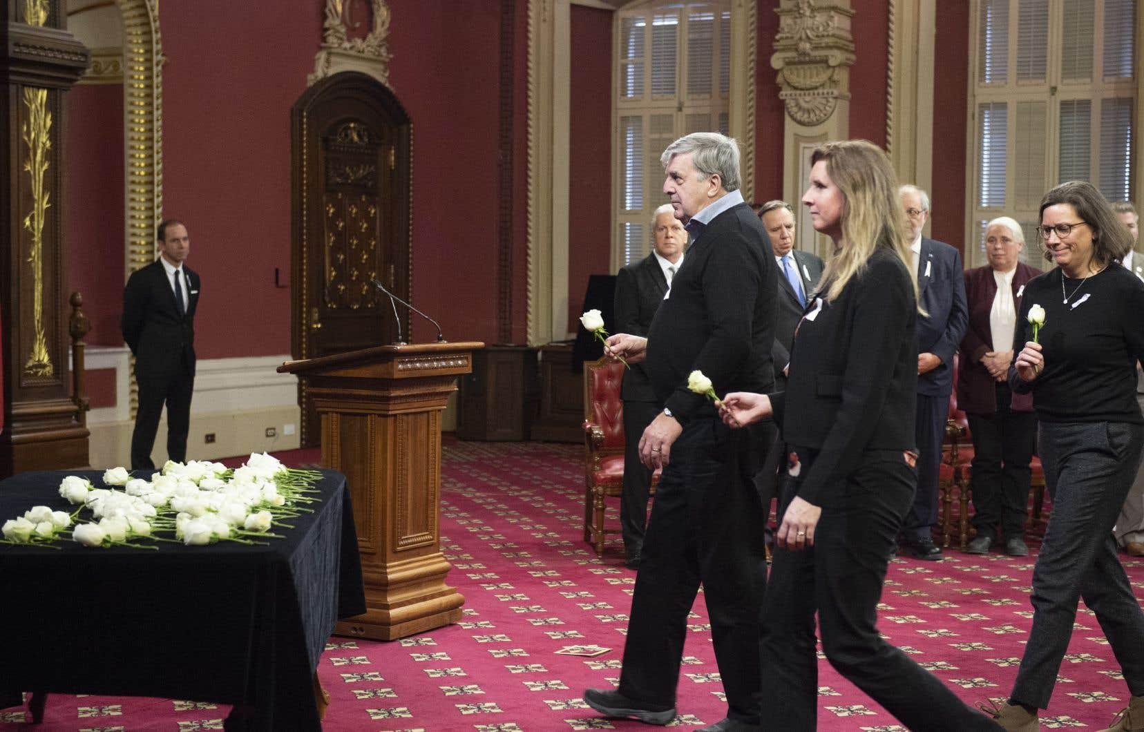 Les familles et les élus du Parlement ont déposé des roses blanches, devenues les symboles de commémoration de la tuerie de l'École polytechnique.