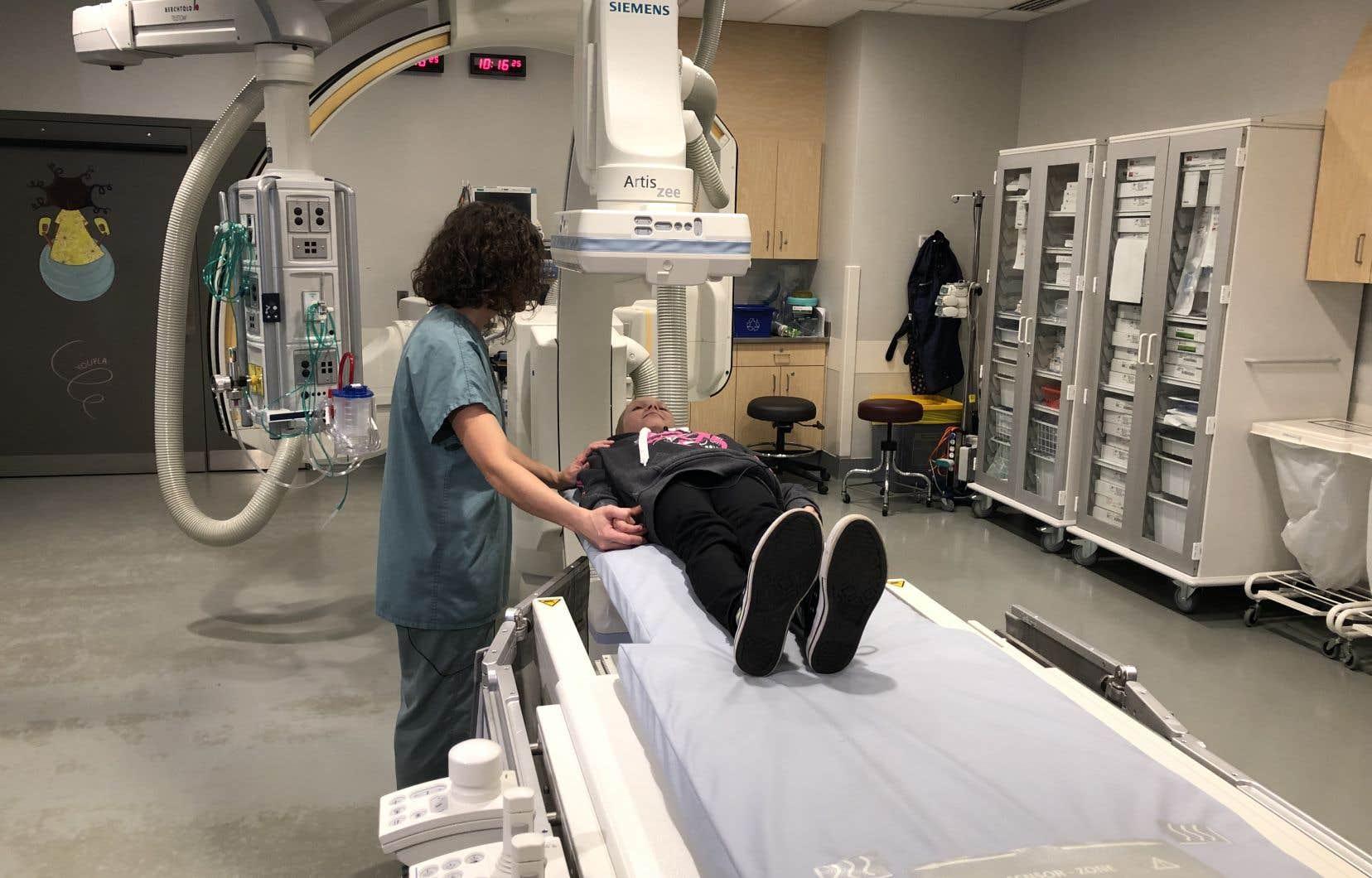 La jeune patiente est étendue et la technologue en imagerie médicale, formée à l'hypnose, se met à raconter une histoire à l'enfant, une histoire qui se poursuivra durant toute l'opération.