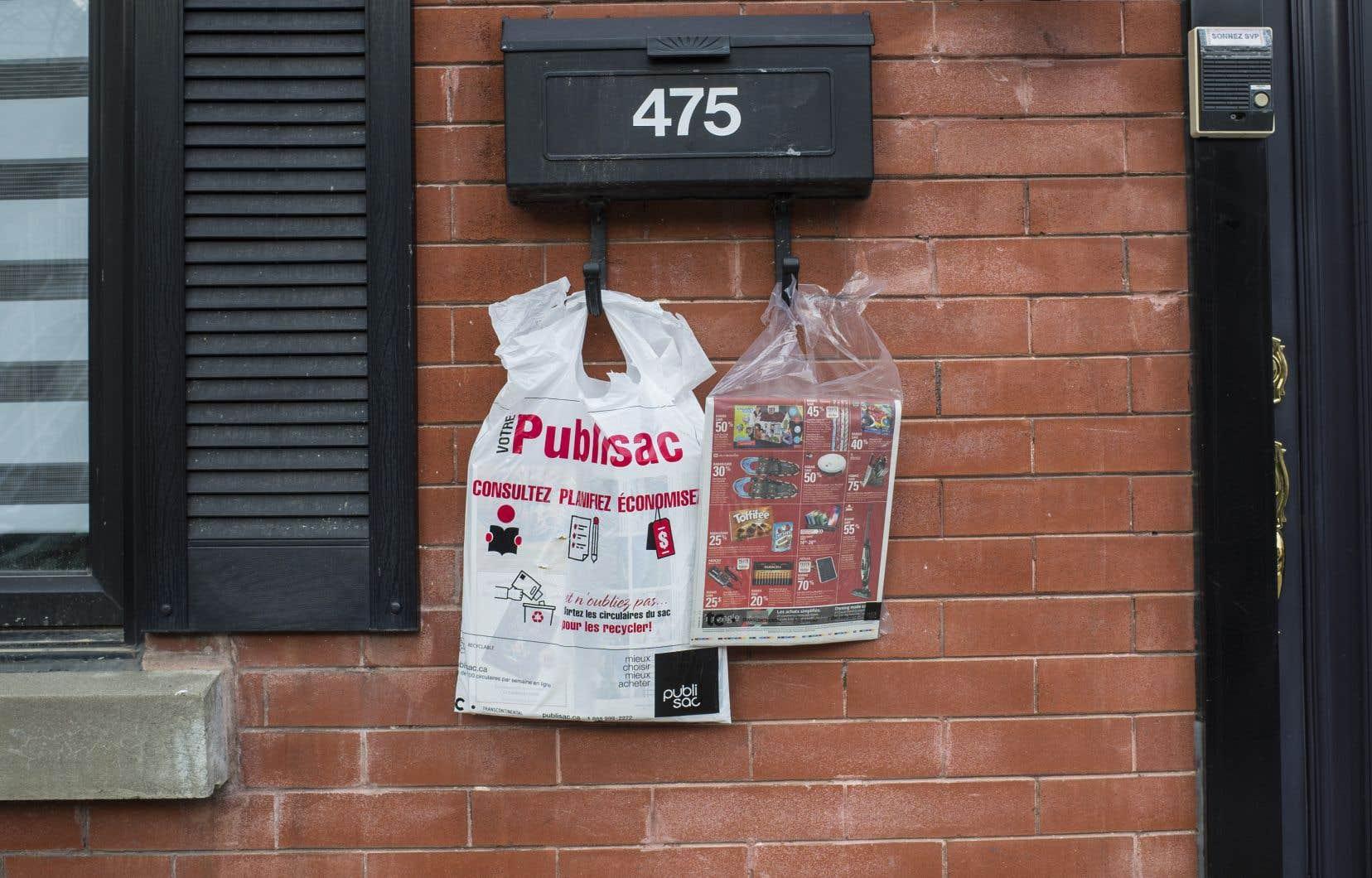 Les élus recommandent également que les emballages en plastique soient interdits ou remplacés par des emballages qui n'ont pas à être séparés de leur contenu pour être recyclés.