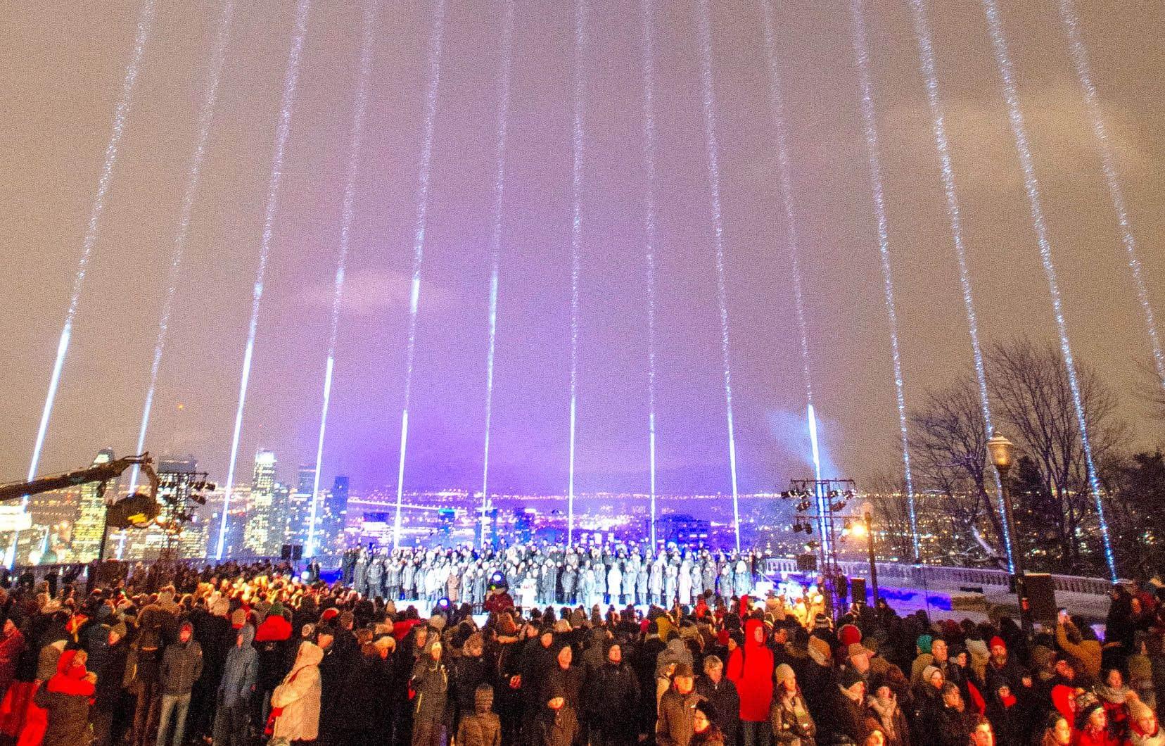 De nombreuses personnes se sont rassemblées sur le mont Royal, vendredi soir, pour rendre hommage aux 14 étudiantes de Polytechnique tombées sous les balles d'un antiféministe le 6 décembre 1989.