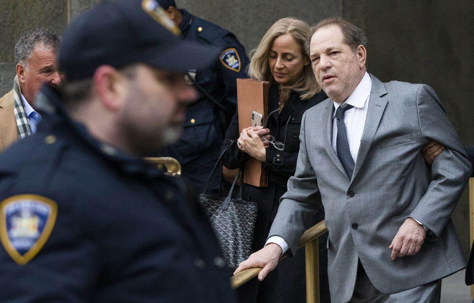 Depuis sa première inculpation en mai 2018, Harvey Weinstein est resté libre moyennant un million de dollars de caution, le port d'un bracelet électronique et la confiscation de son passeport.