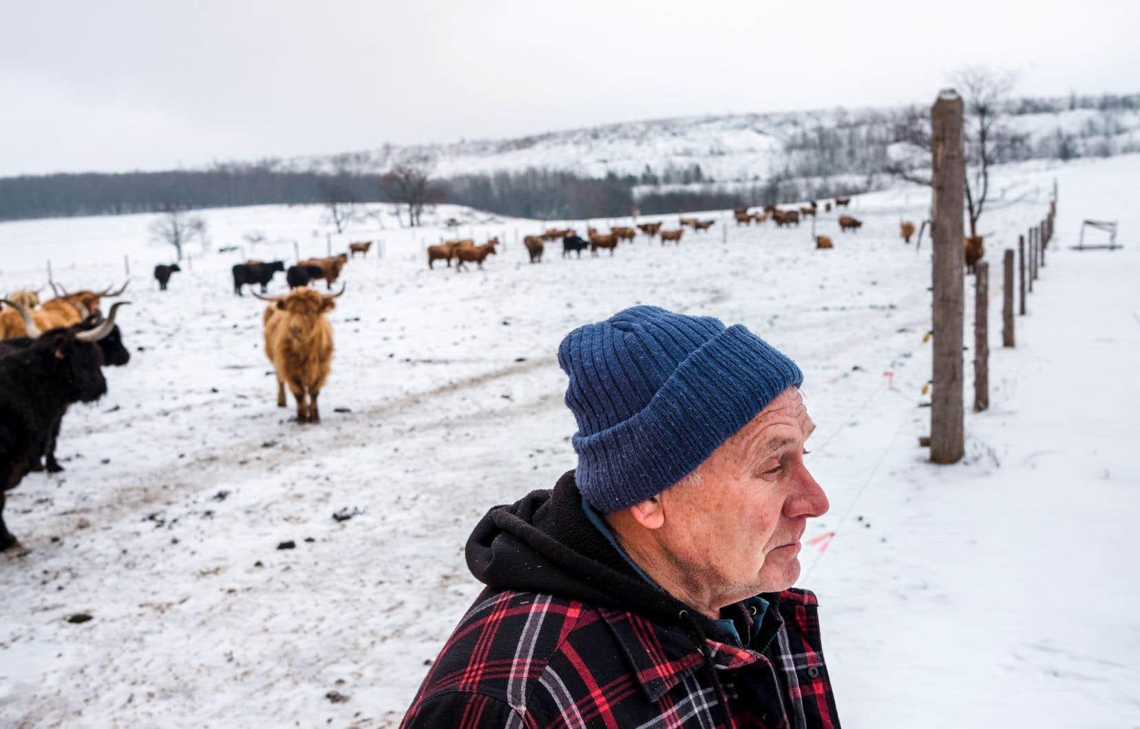 Brian Lodge a travaillé toute sa vie dans l'élevage sur une terre à l'entrée d'Asbestos. Il sourit doucement quand on lui demande s'il est inquiet des conséquences possibles des résidus d'amiante sur l'environnement.