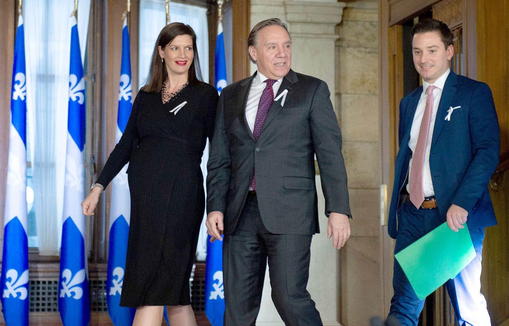 Le premier ministre, François Legault, accompagné de ses ministres Geneviève Guilbault et Simon Jobin-Barrette, ont présenté leur bilan des travaux parlementaires, vendredi, à Québec.