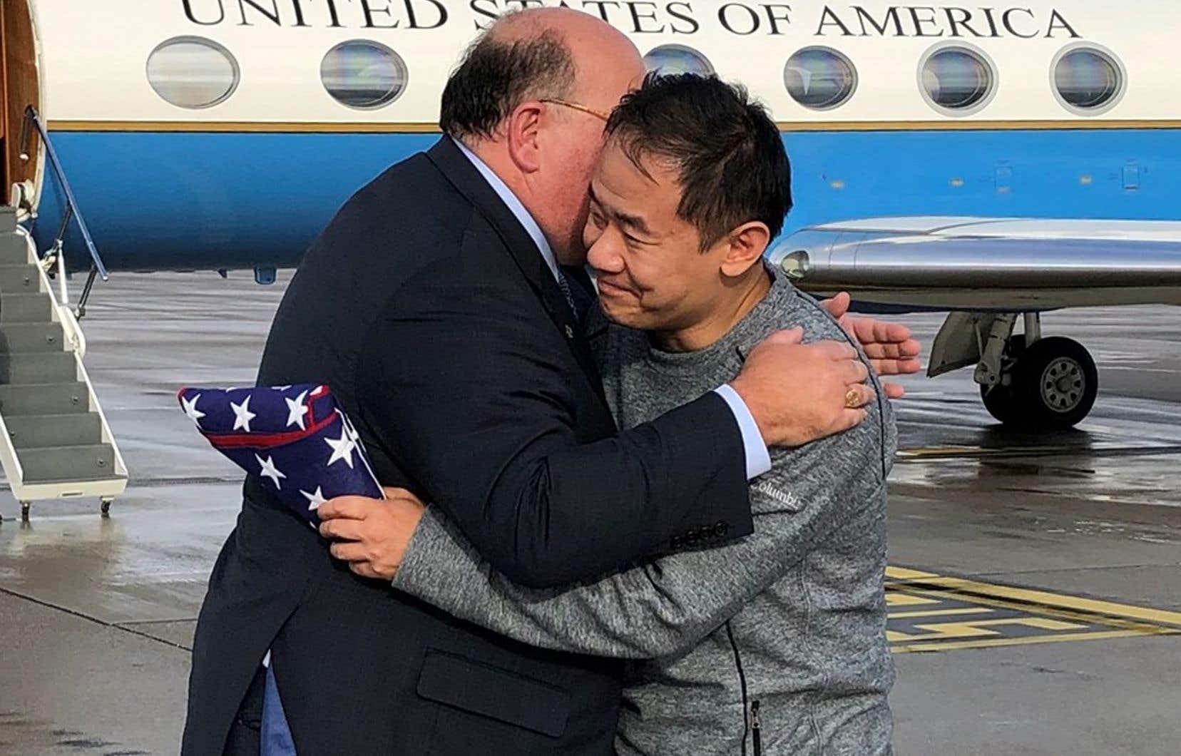 Des photos publiées par Washington montrent XiyueWang accueilli par des diplomates américains sur le tarmac de l'aéroport de Zurich.