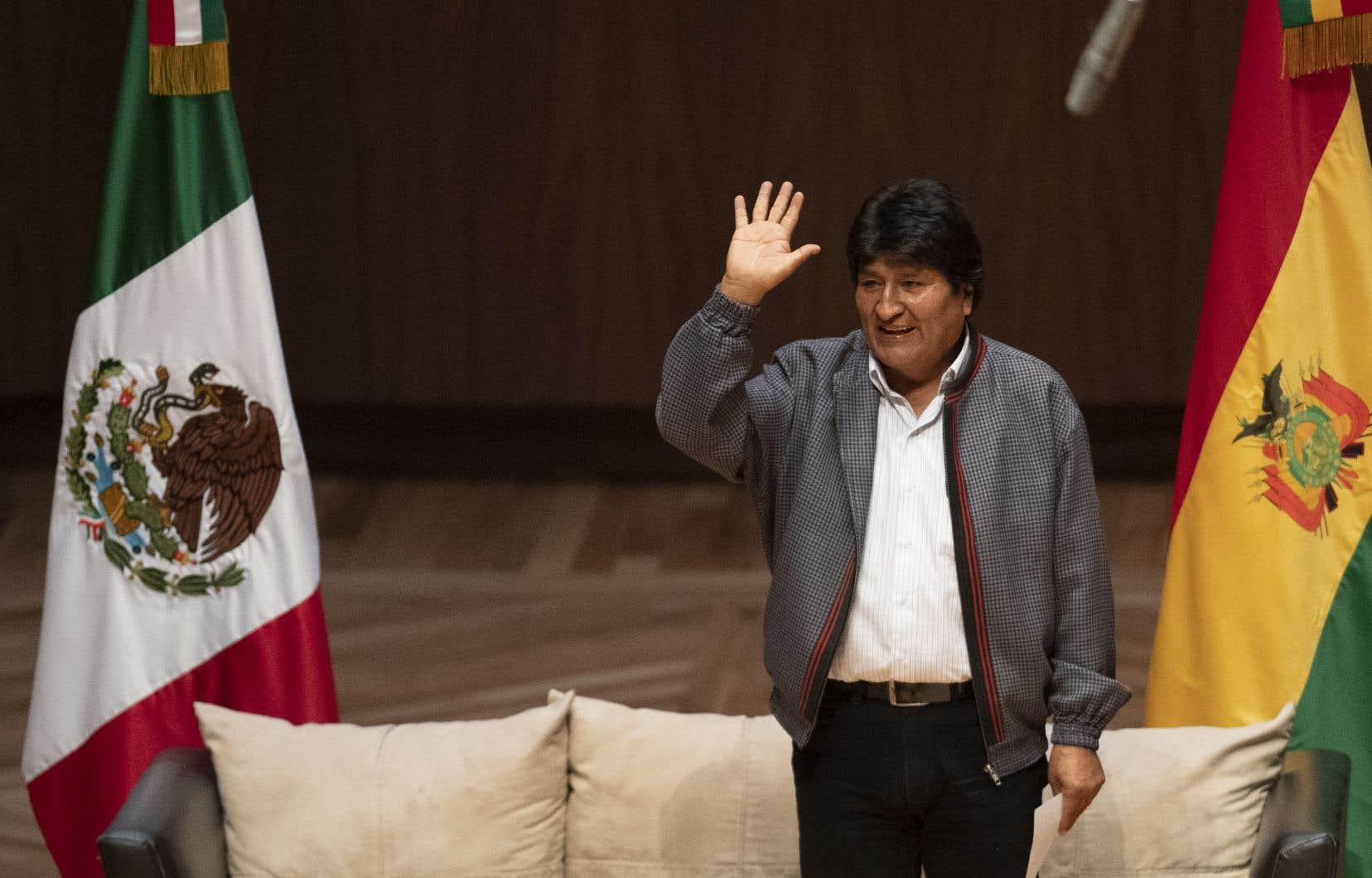 «Merci de ne pas m'avoir abandonné, je serai toujours avec vous. Ensemble, nous vaincrons», a écrit sur Twitter Evo Morales depuis Cuba où il se trouve en visite depuis vendredi.