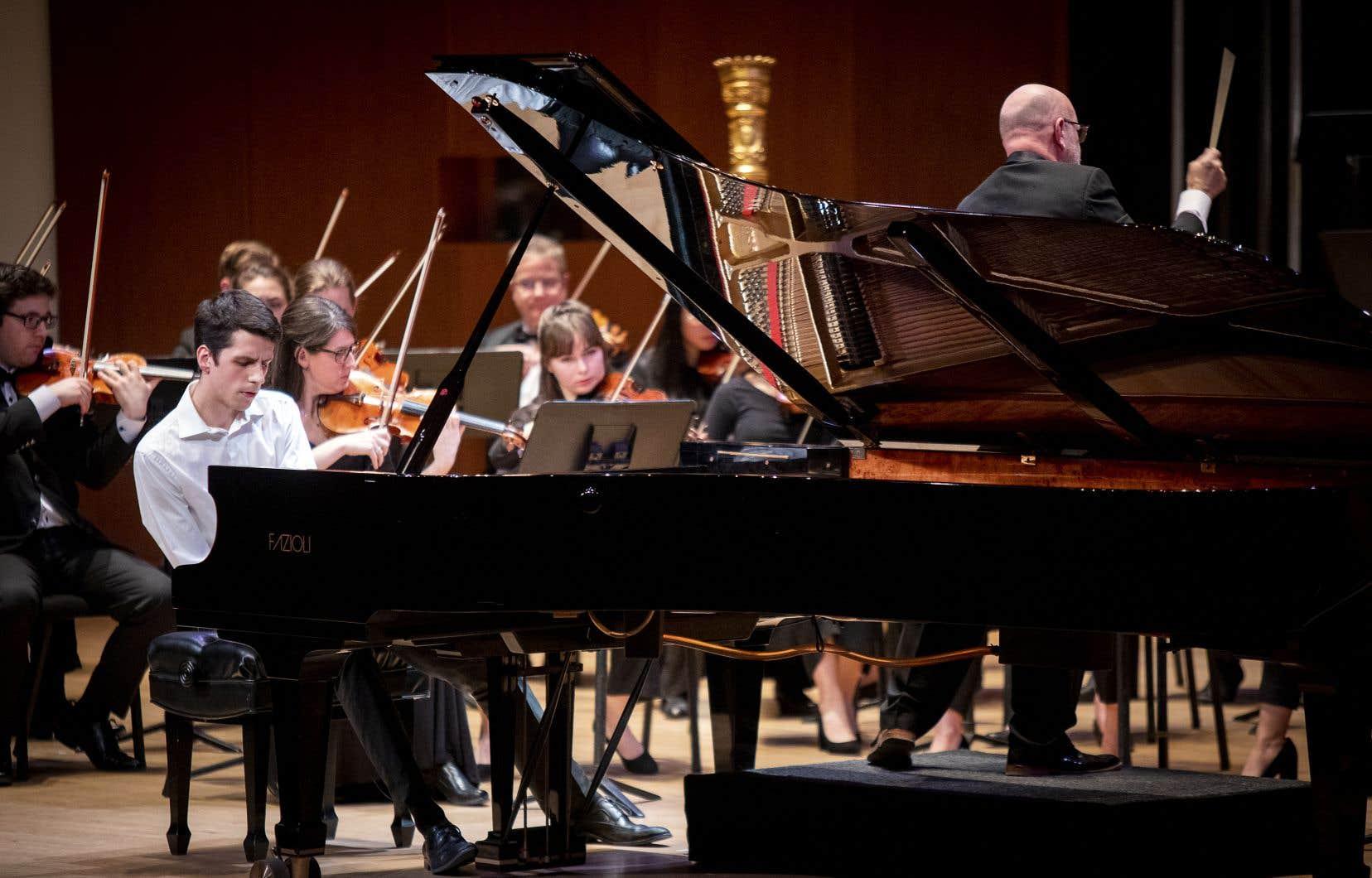 Les doigts parcourant les touches du piano, Félix Marquis ne joue pas, il fait le plus difficile: il phrase!
