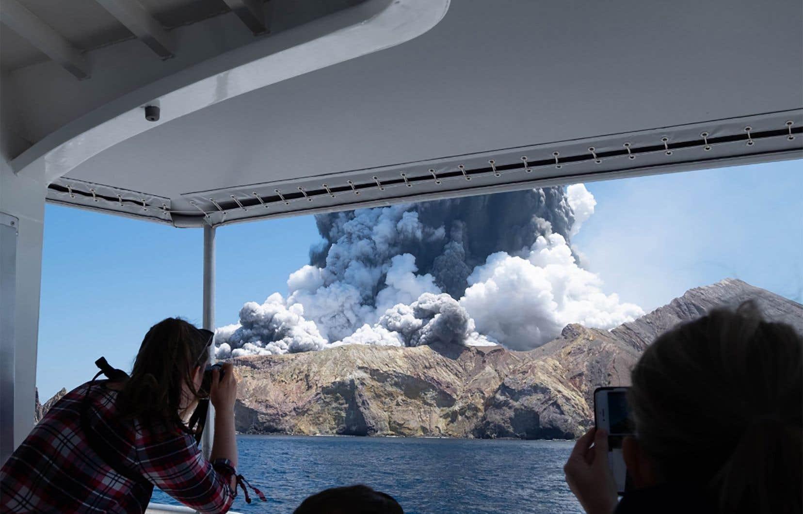 L'Agence nationale de gestion des situations d'urgence a qualifié cette éruption de «modérée». Un épais panache blanc était cependant visible à des kilomètres à la ronde.