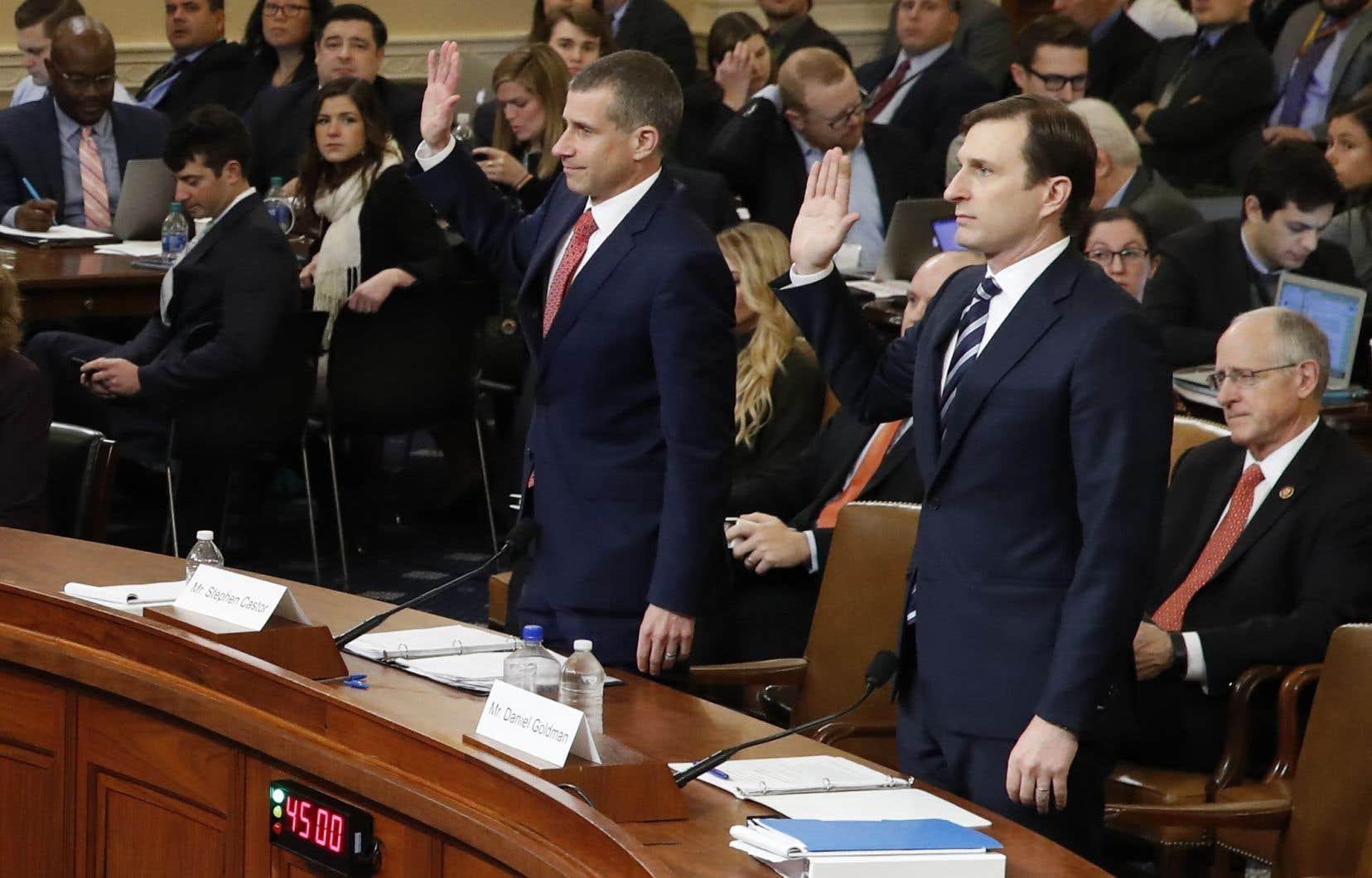 Les juristes Steve Castor et Daniel Goldman, qui représentent respectivement la minorité républicaine et la majorité démocrate, prêtent serment devant la commission judiciaire du Congrès.