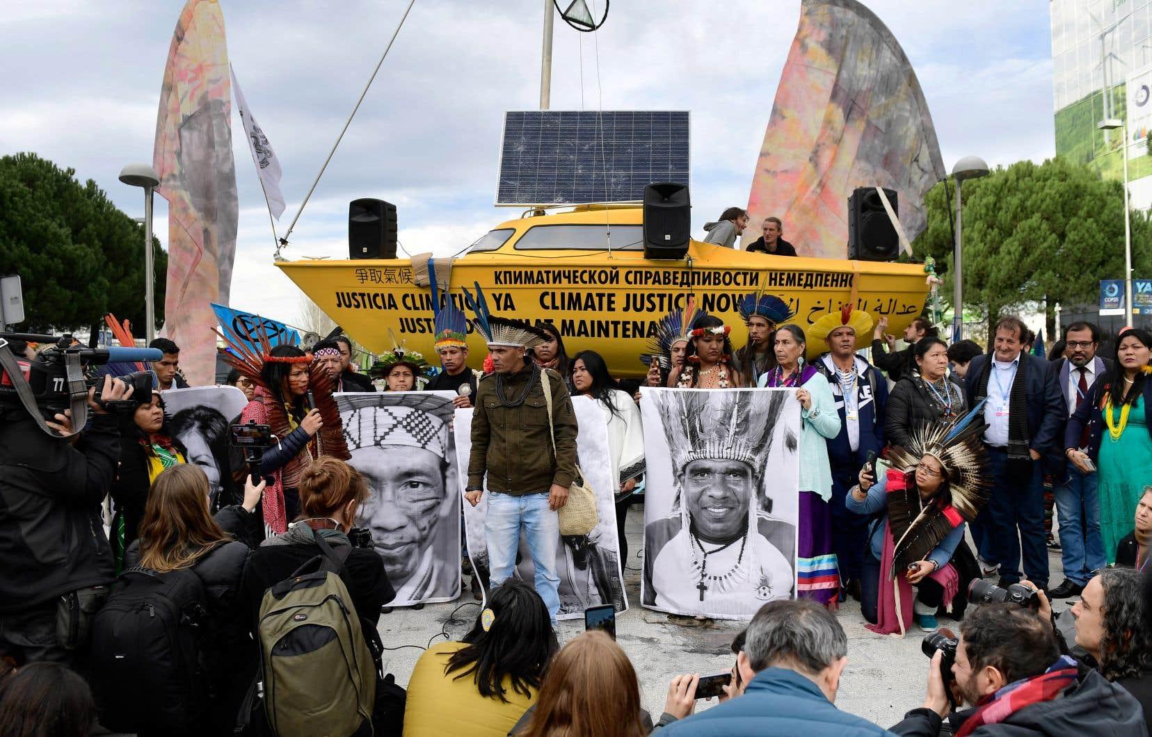 Des autochtones du Brésil manifestent en marge de la COP25, à Madrid, lundi.