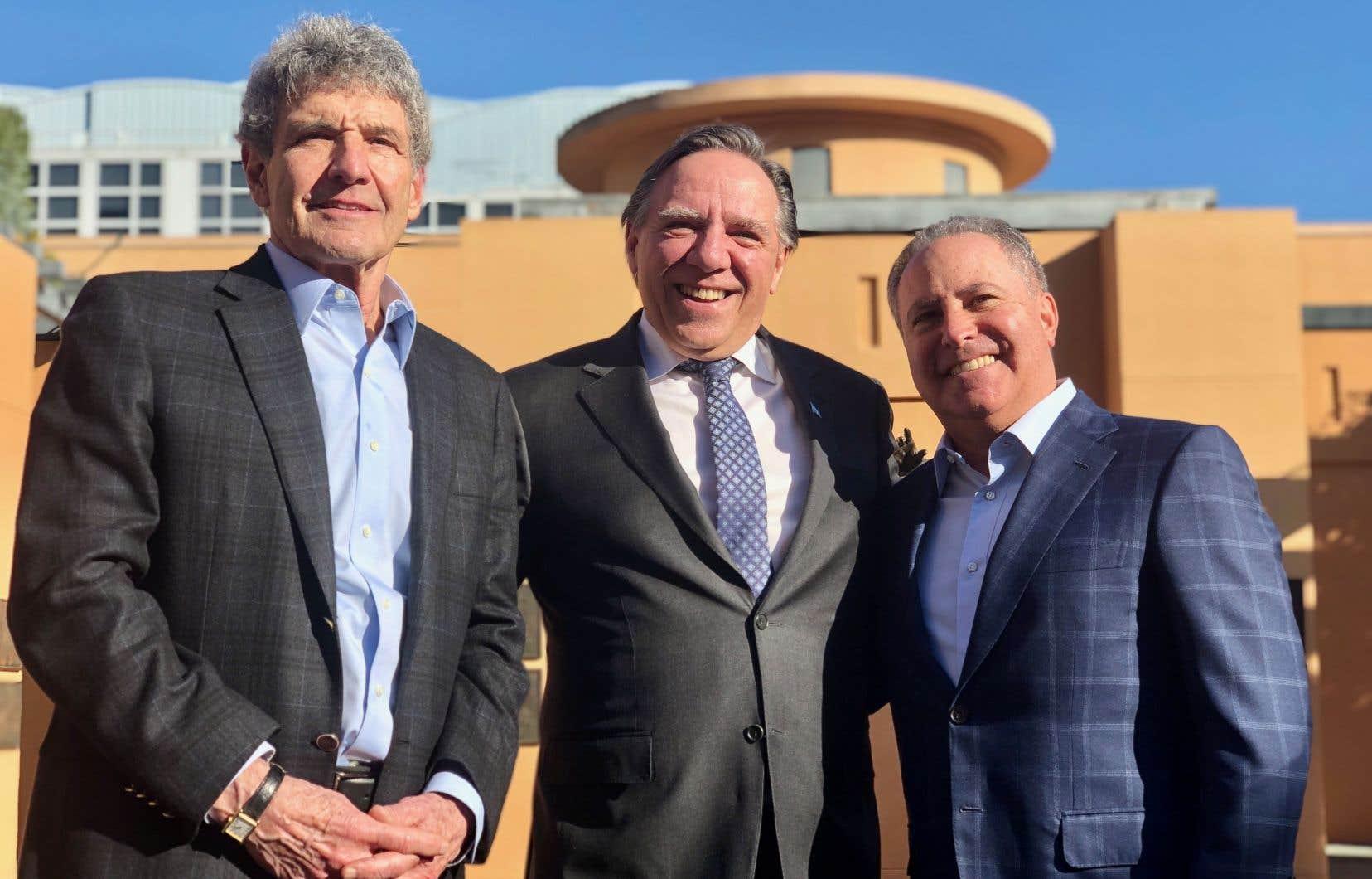 Le premier ministre François Legault avec les présidents de Disney Studios, Alan Horn (à gauche) et Alan Bergman (à droite)