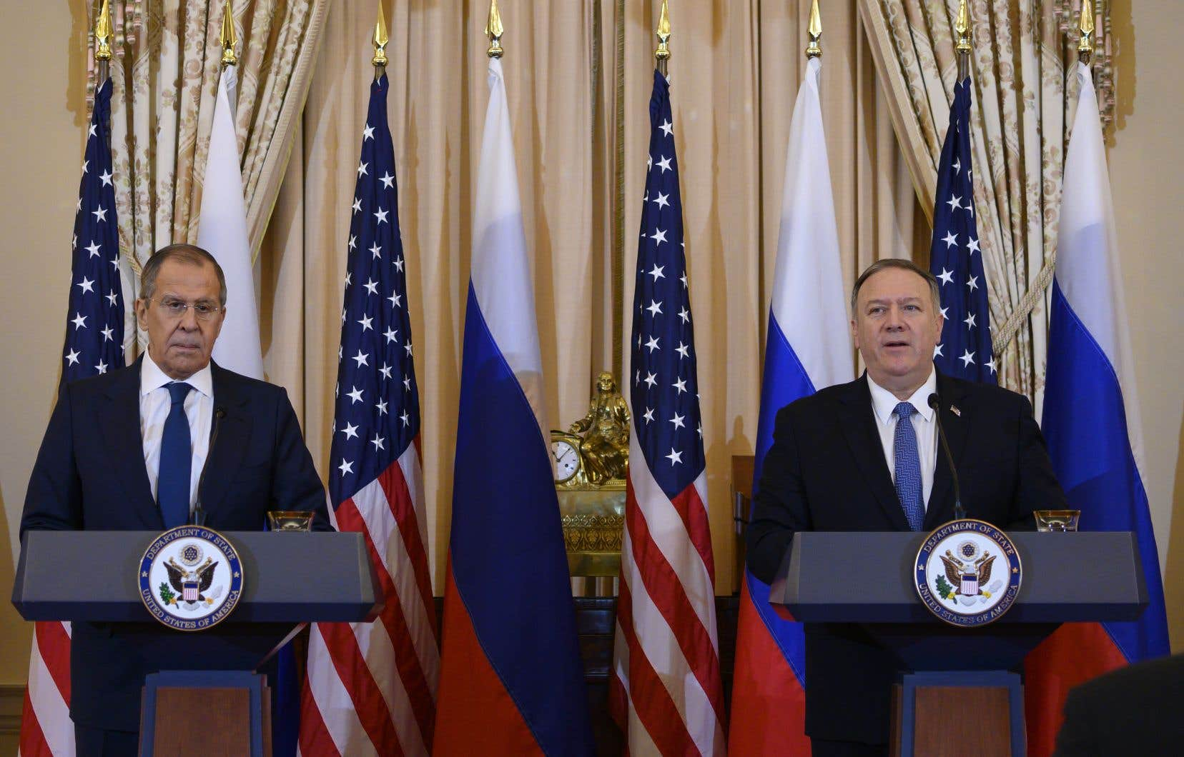 Le chef de la diplomatie américaine Mike Pompeo (à droite) a mis en garde mardi son homologue russe Sergueï Lavrov (à gauche).