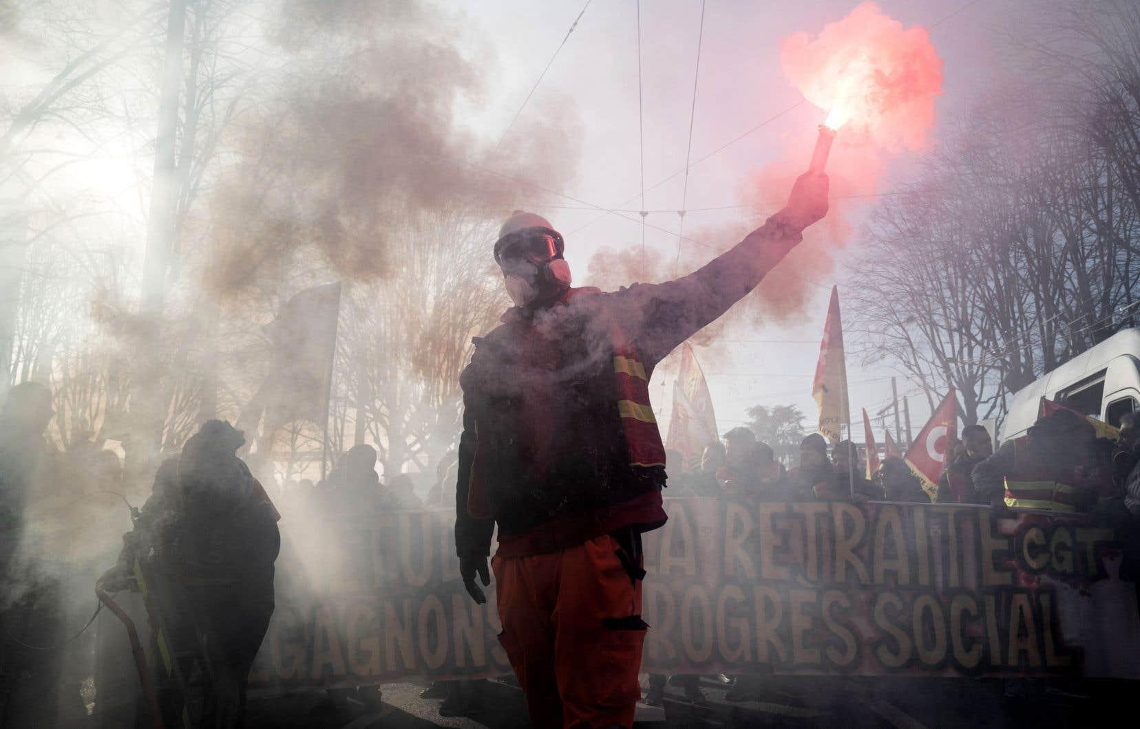 Le ministère français de l'Intérieur a recensé 339 000 manifestants en France, dont 31 000 dans la capitale.
