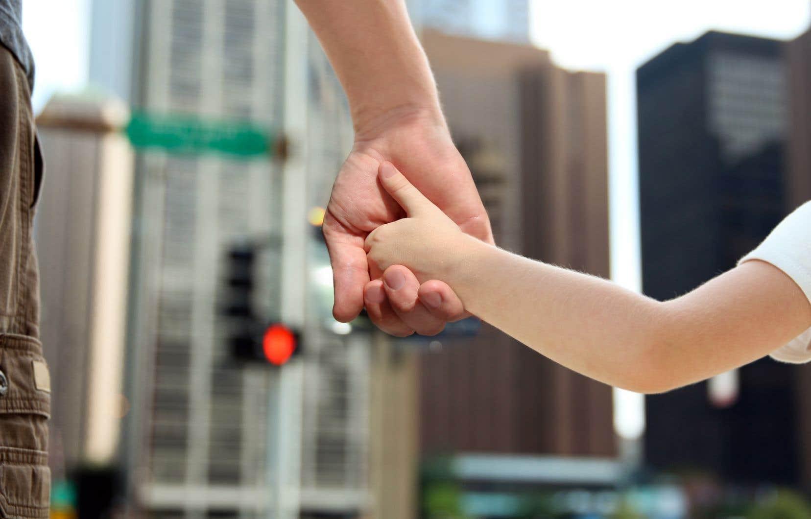 «La recherche sociale révèle qu'aider les hommes, c'est également aider les enfants, les femmes et la société», souligne l'auteur.