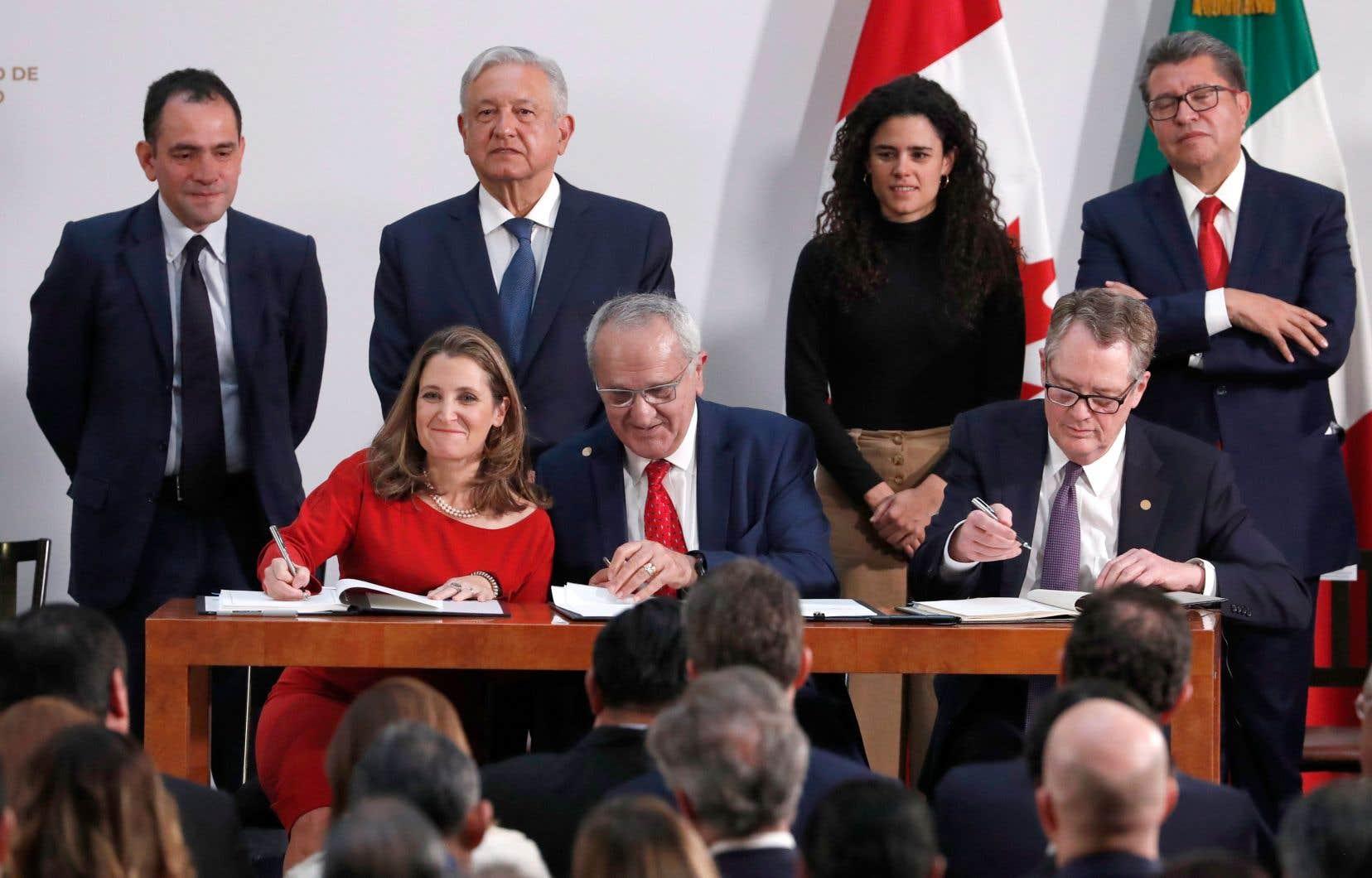 La vice-première ministre canadienne, Chrystia Freeland, et ses homologues américain, Robert Lighthizer, et mexicain, Jesus Seade, se sont empressés, mardi, à Mexico, de signer cette nouvelle mouture de l'accord.