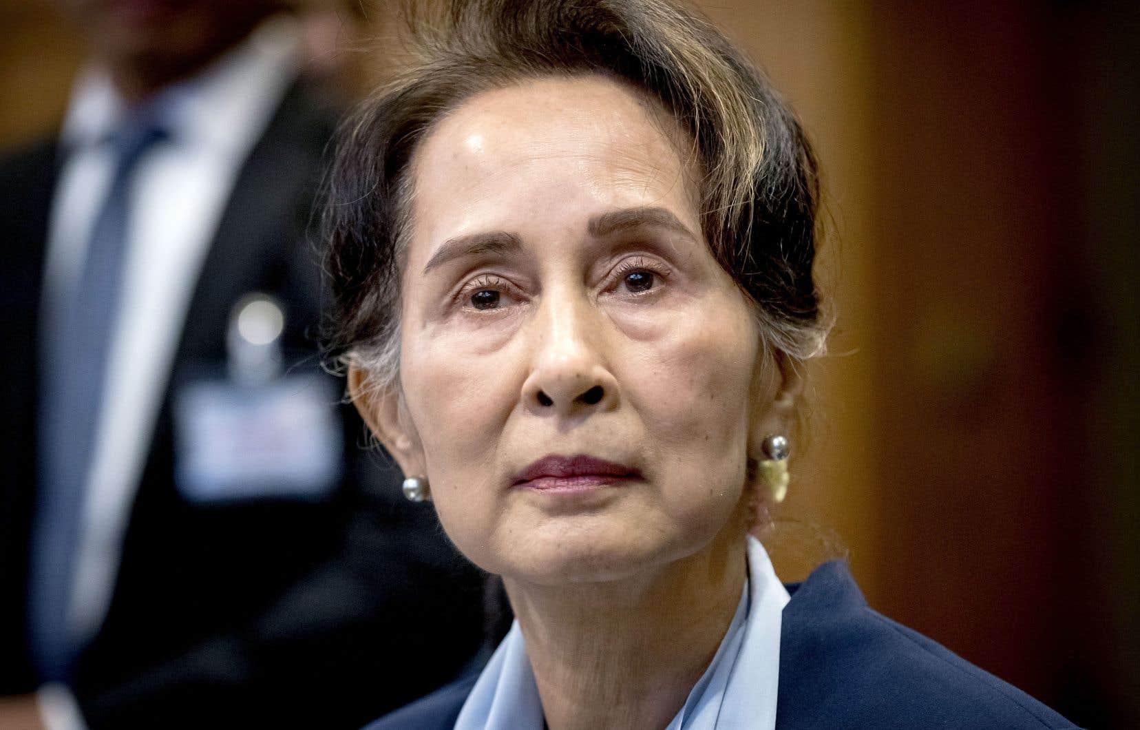 Autrefois saluée par la communauté internationale pour son opposition à la junte militaire myanmaraise, Aung San Suu Kyi, lauréate du prix Nobel de la paix en 1991, se tient désormais du côté de l'armée de l'État de l'Asie du Sud-Est.