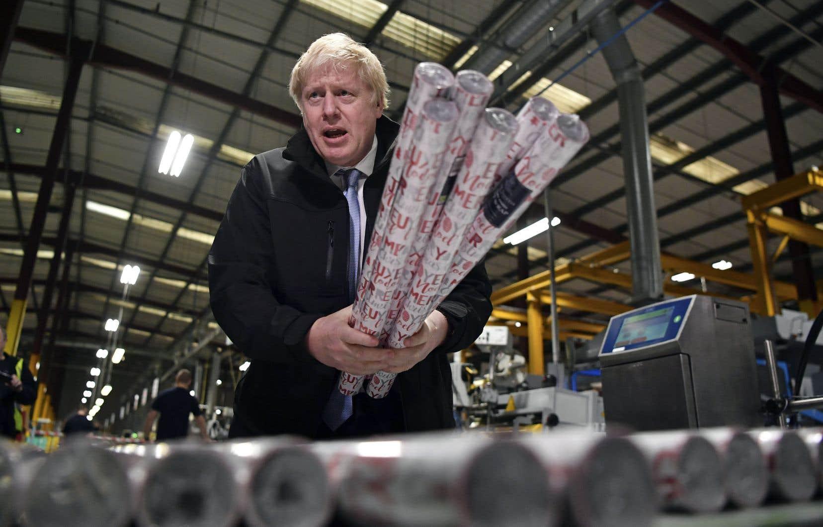 Boris Johnson s'est procuré du papier d'emballage de Noël lors d'une visite industrielle.