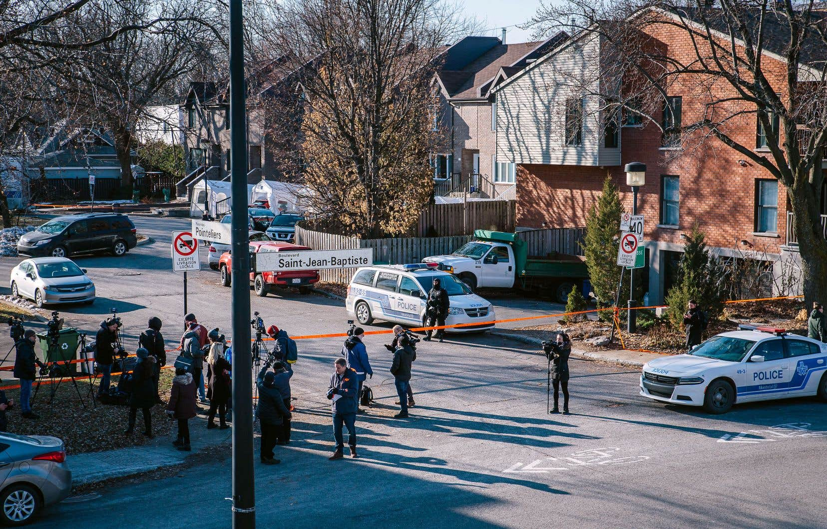 Un périmètre de sécurité a été établi autour de la demeure où s'est déroulé le drame afin de permettre aux enquêteurs de faire leur travail.