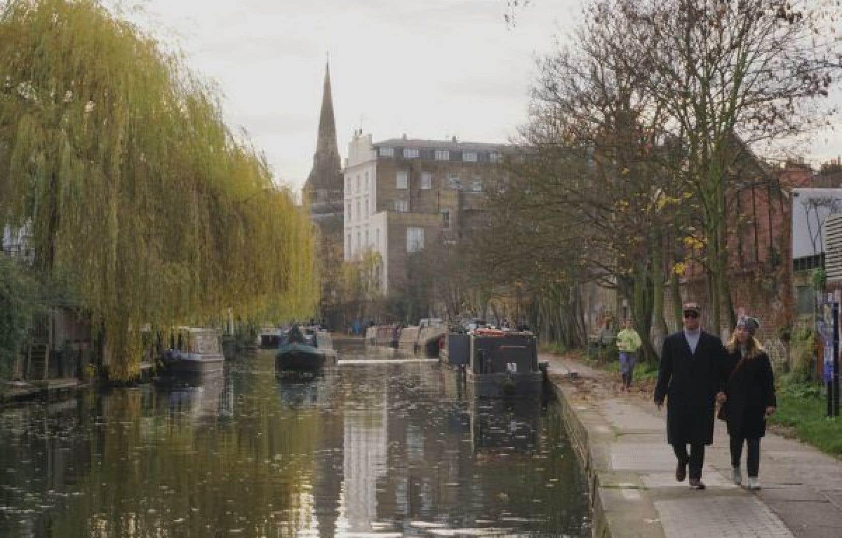 À Londres, des dizaines de canaux navigables sont bordés de pistes piétonnes et cyclables.