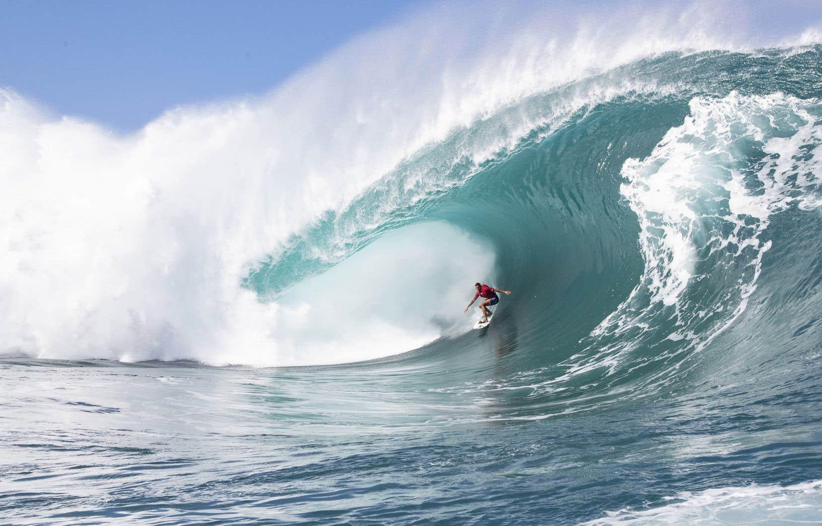 Les redoutées vagues de Teahupoo et son récif corallien à faible profondeur en font un site réputé mais dangereux.