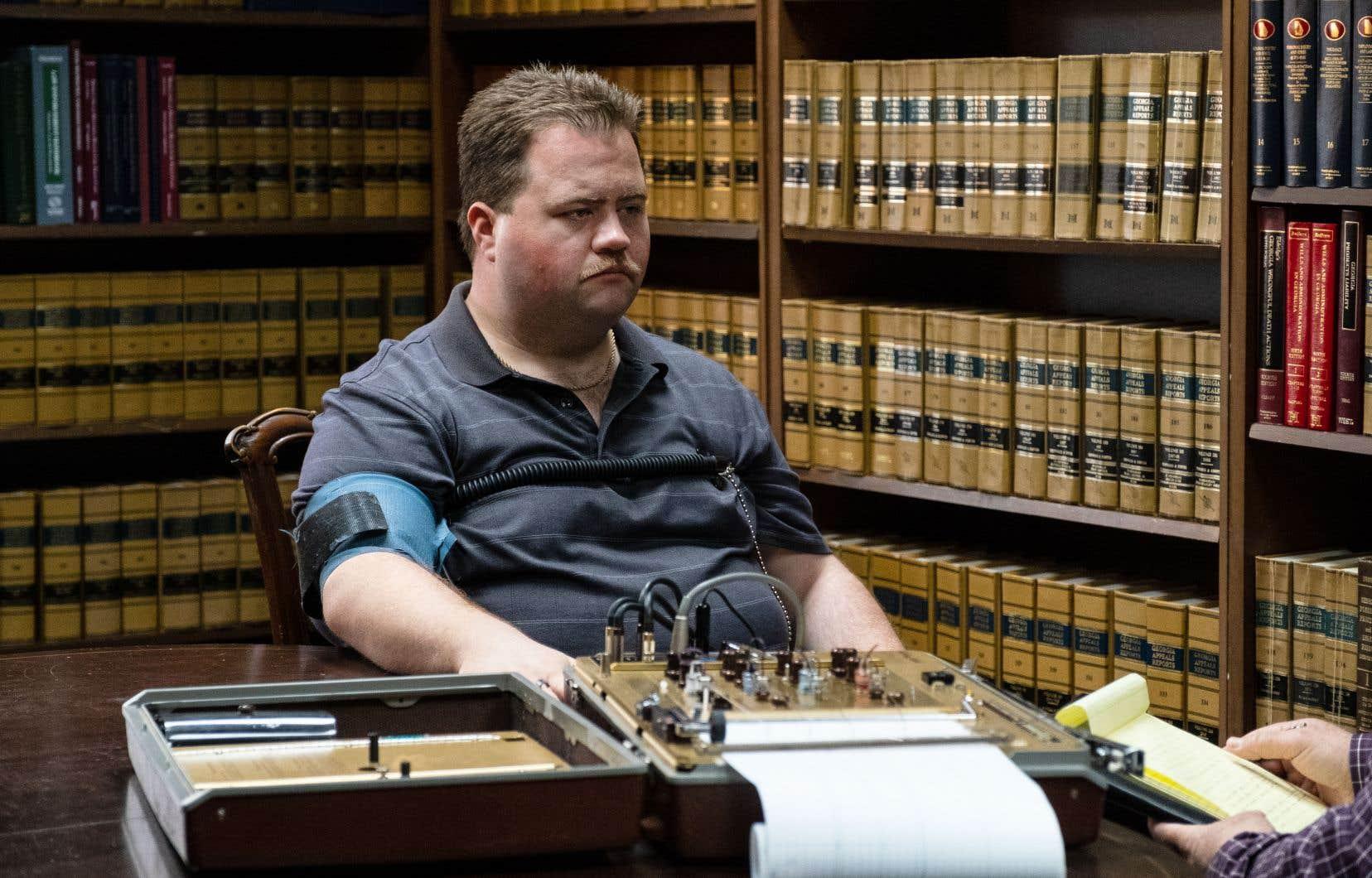Tel qu'interprété par le remarquable Paul Walter Hauser, Richard Jewell se présente sous des dehors débonnaires, servile devant les autorités policières, même lorsqu'il se retrouve au banc des accusés.
