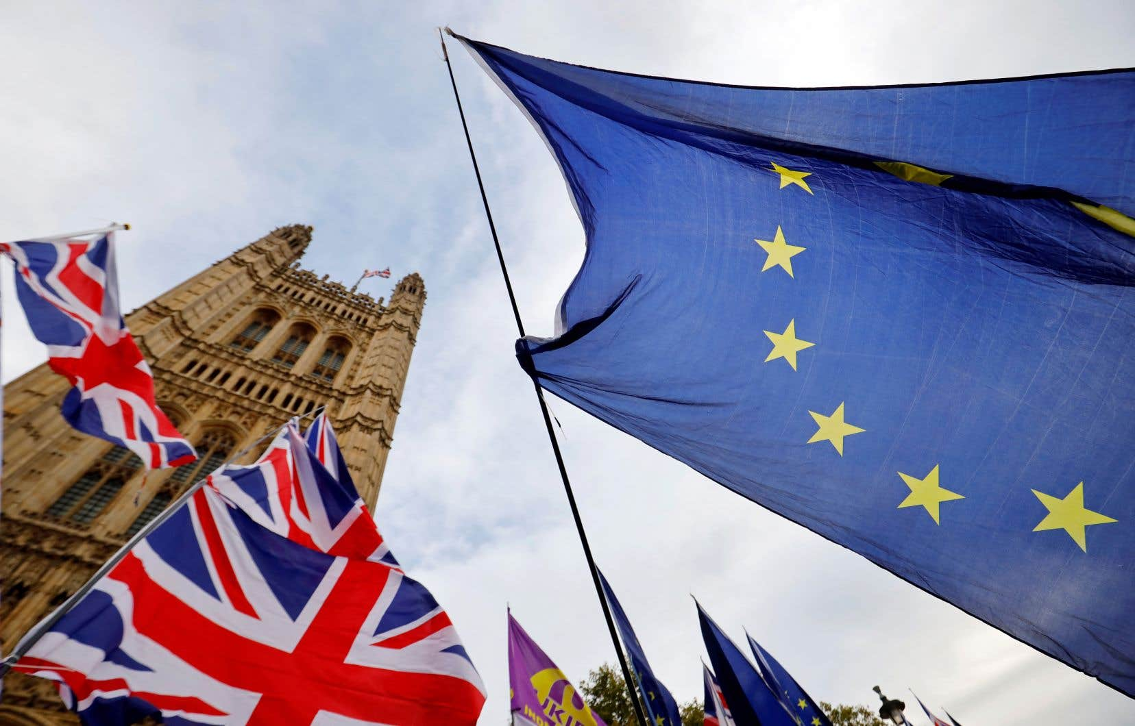Le Royaume-Uni pourrait se contenter d'un accord minimal se limitant au commerce des biens, ou même simplement claquer la porte dans un Brexit sans accord, en s'en remettant aux seules règles de l'OMC.