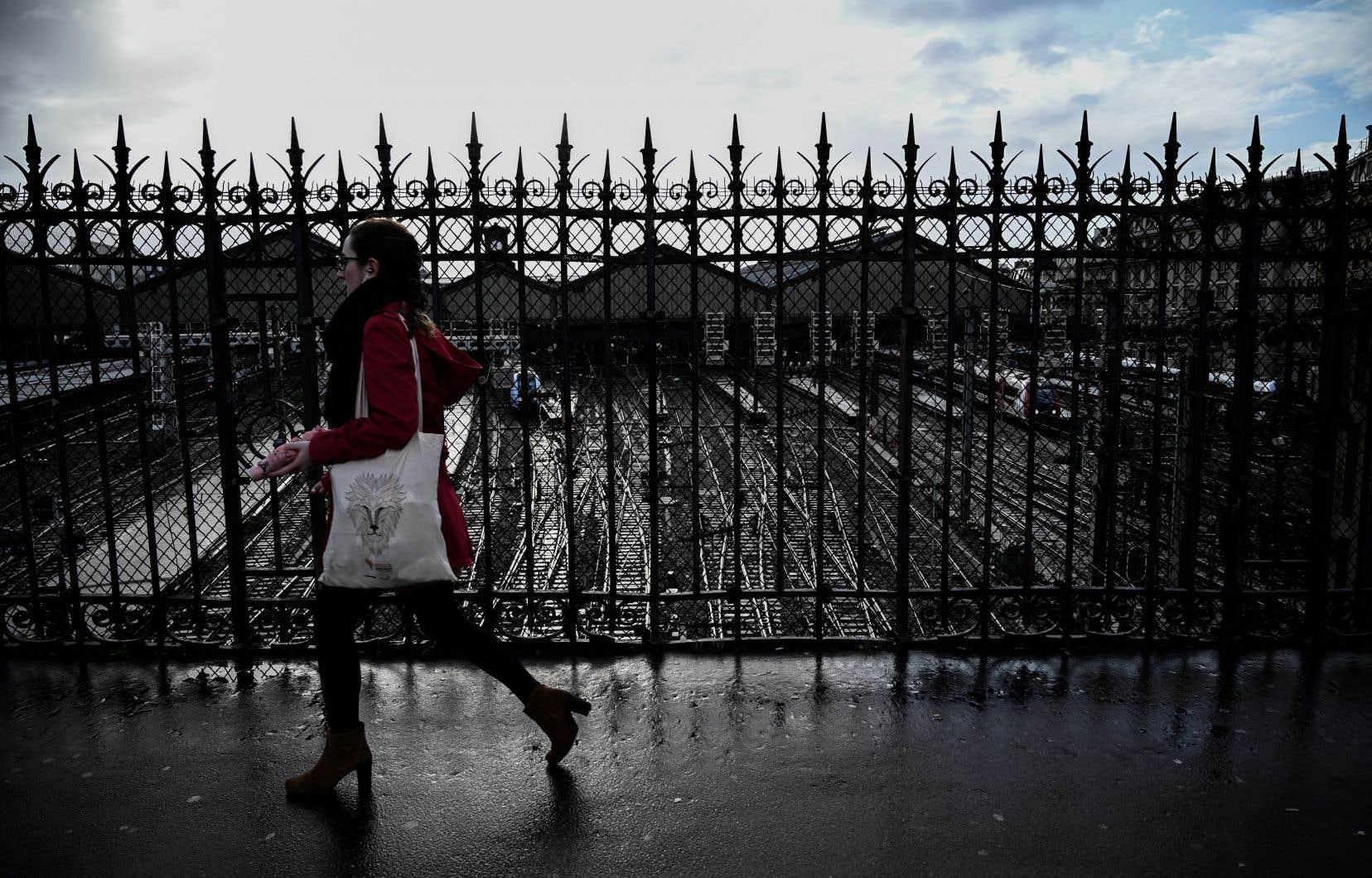 Les difficultés continuent pour les usagers de la région parisienne, avec toujours neuf lignes du métro fermées. Un quart des trains à grande vitesse et de banlieue circulent.