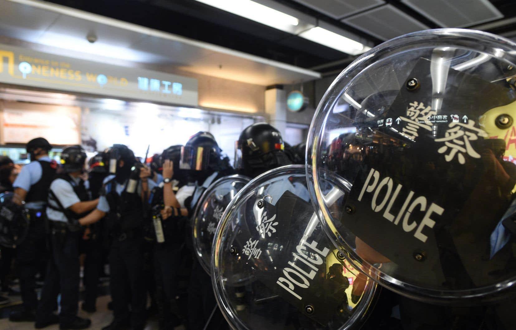 Les policiers antiémeutes ont usé de gaz poivre et procédé à des arrestations dans au moins deux centres commerciaux, sous les huées de passants.