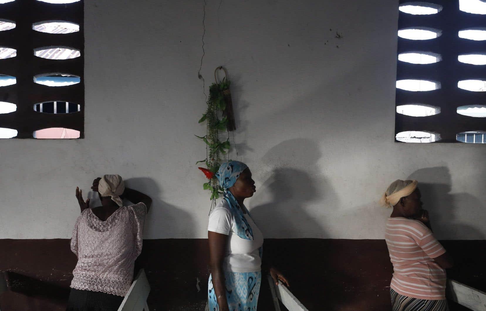Des femmes dans une église dePort-au-Prince, en Haïti