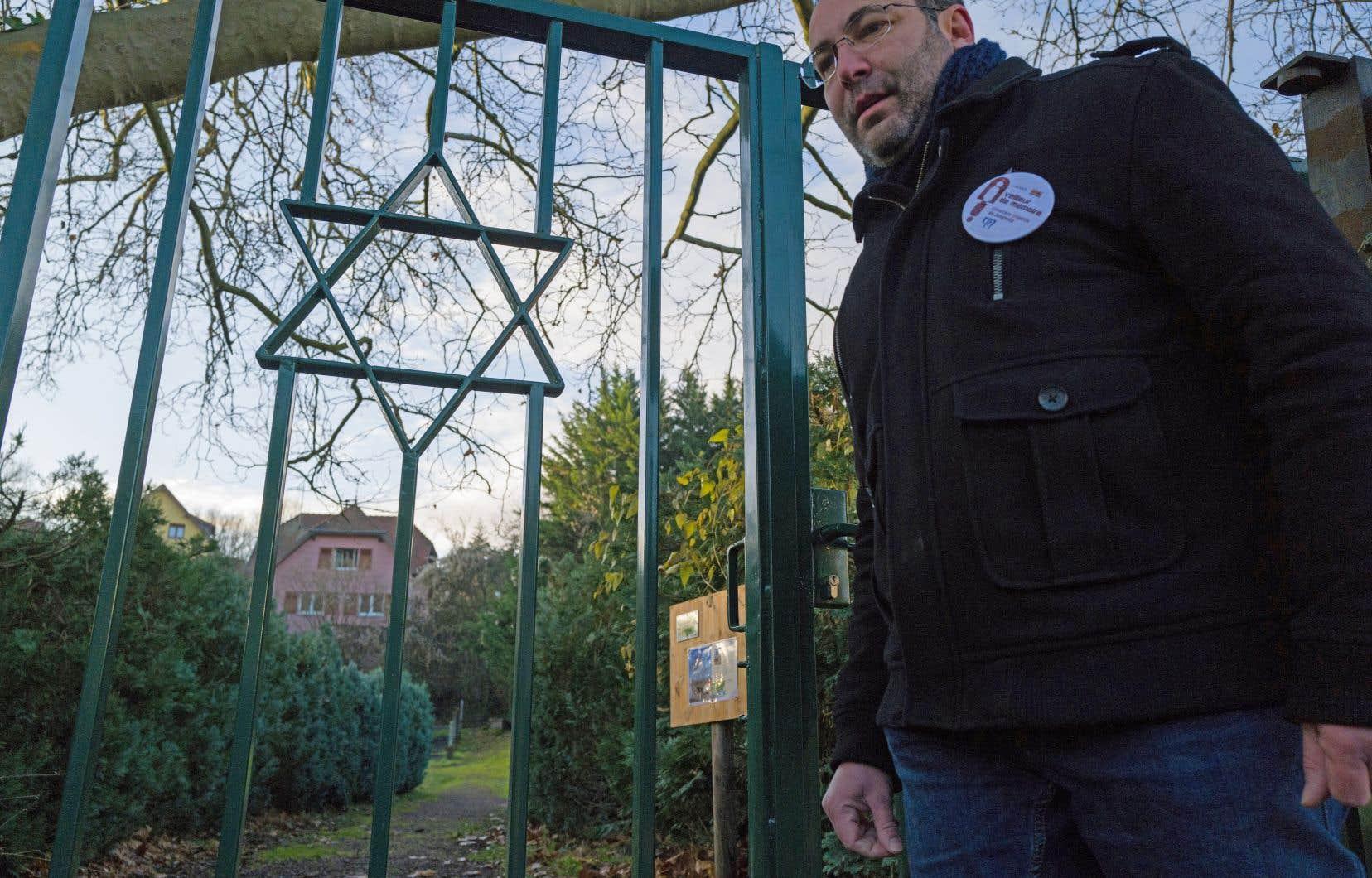 Des bénévoles, comme Lionel Godmet, ont rejoint le réseau des «veilleurs de mémoire» afin de garder un œil sur les cimetières israélites d'Alsace.