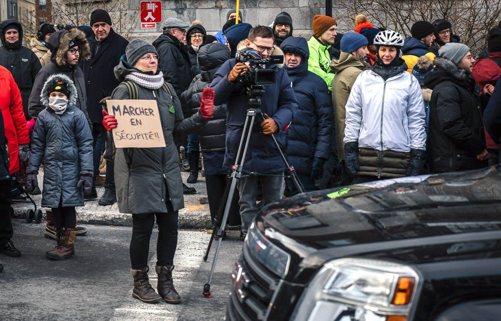 Le rassemblement pour réclamer une meilleure sécurité piétonnière s'est tenu au coin de la rue Hutchison et du boulevard Saint-Joseph, au lieu même où un garçon de trois ans a été happé par un véhicule le 6décembre dernier.