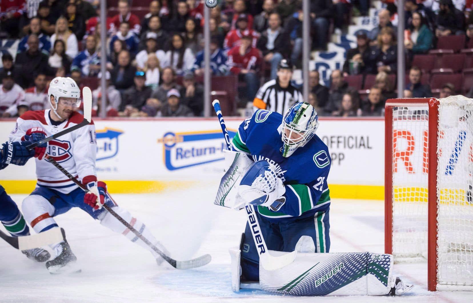 Max Domi regardant Jacob Markström arrêter le tir d'un coéquipier lors de la visite du Tricolore à Vancouver en novembre l'an dernier