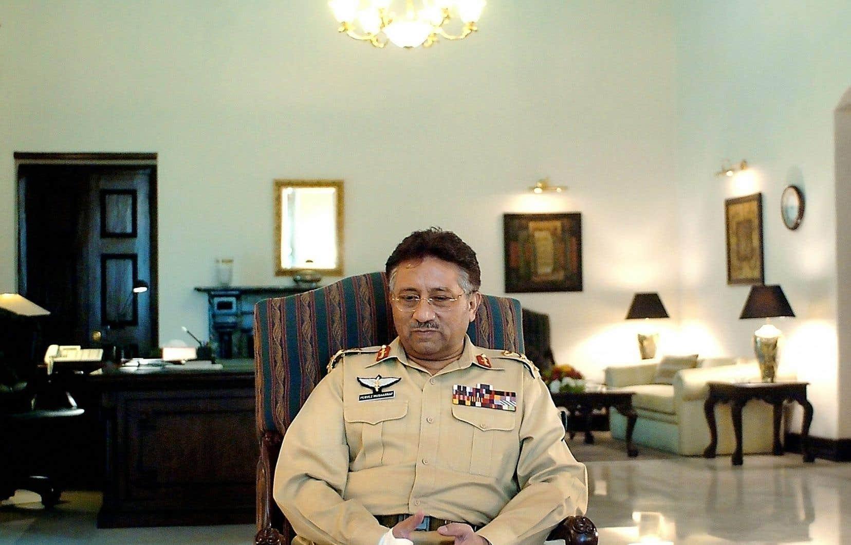 Le général Moucharraf était parvenu au pouvoir par un coup d'État sans effusion de sang en octobre 1999, puis s'était autoproclamé président en juin 2001, avant de remporter en avril 2002 un référendum controversé. Il était resté à la tête du Pakistan jusqu'en 2008.