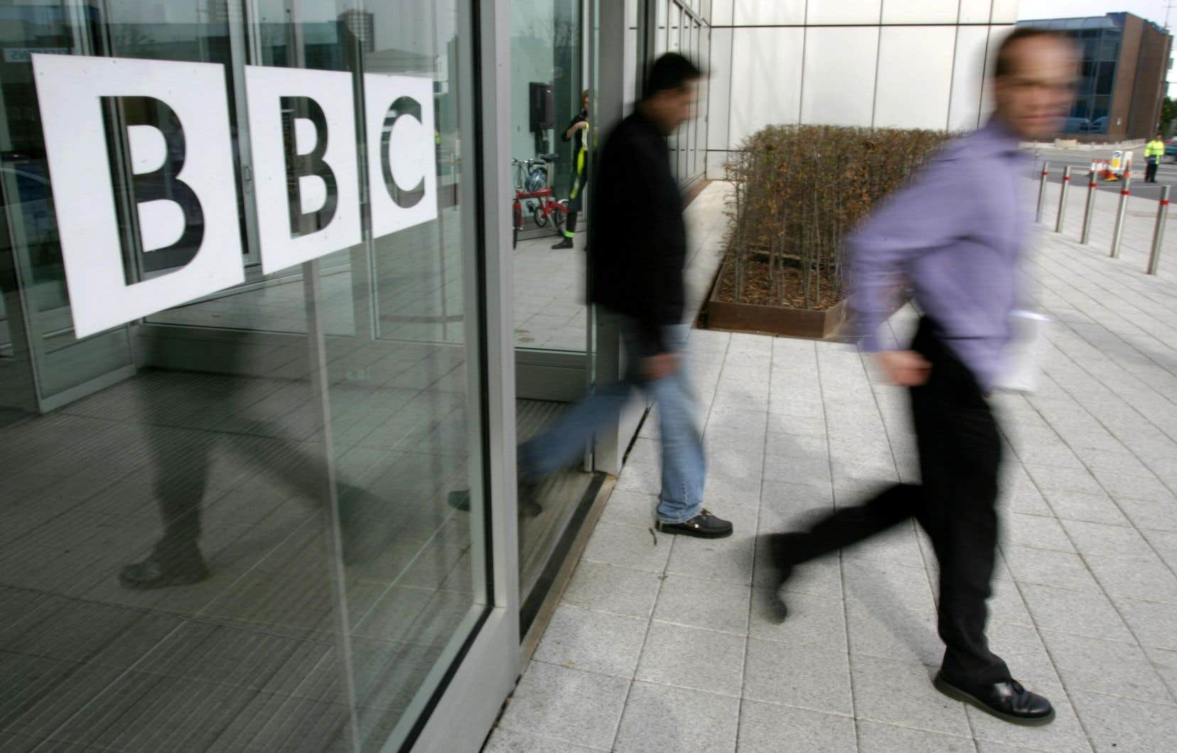 Souvent surnommée «Auntie» par les Britanniques, la BBC est une véritable institution dans le pays.