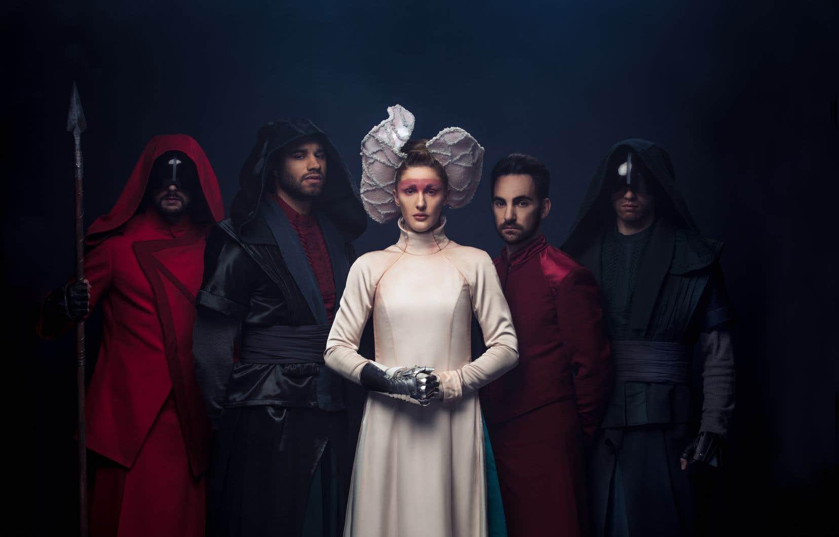 L'intrigante reine Holka (Mylène Mackay) règne sur la huitième dimension,  un monde parallèle.