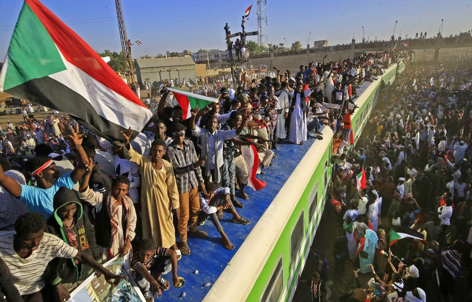 «Nous sommes des révolutionnaires, nous terminerons notre mission», ont scandé les manifestants.