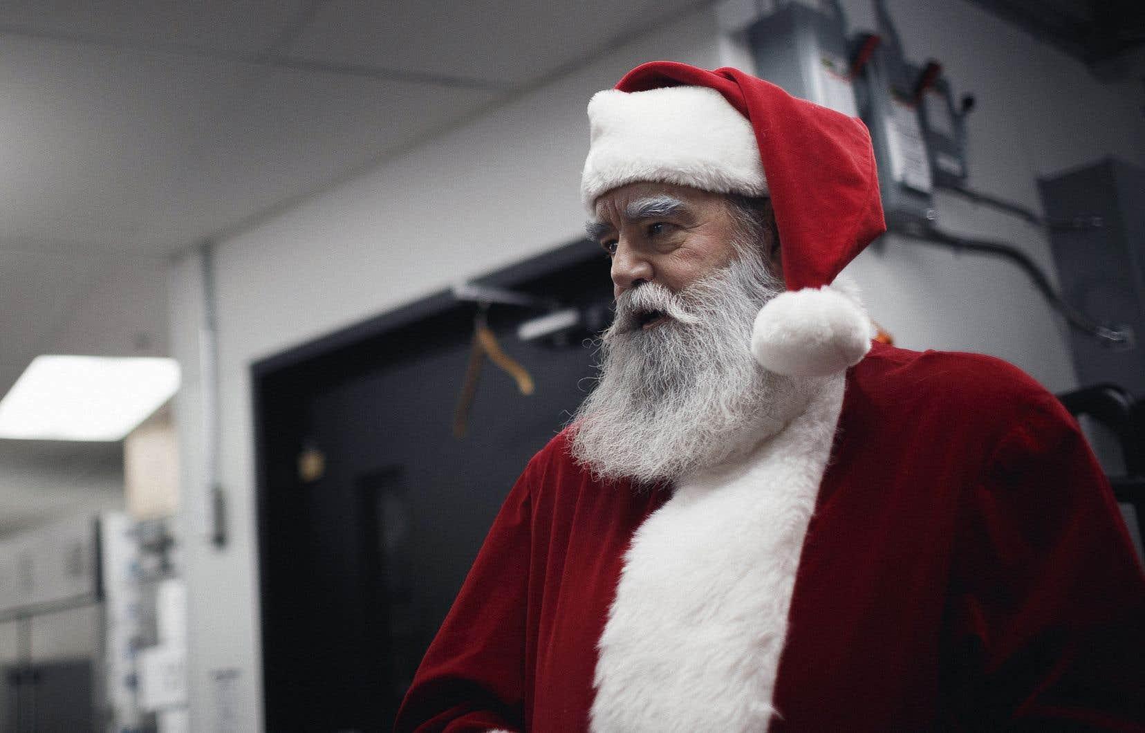 Depuis une dizaine d'années, à l'approche des Fêtes, Pierre Dastous laisse pousser sa barbe, revêt son costume de père Noël et se prépare mentalement à recevoir son lot d'histoires parfois difficiles.