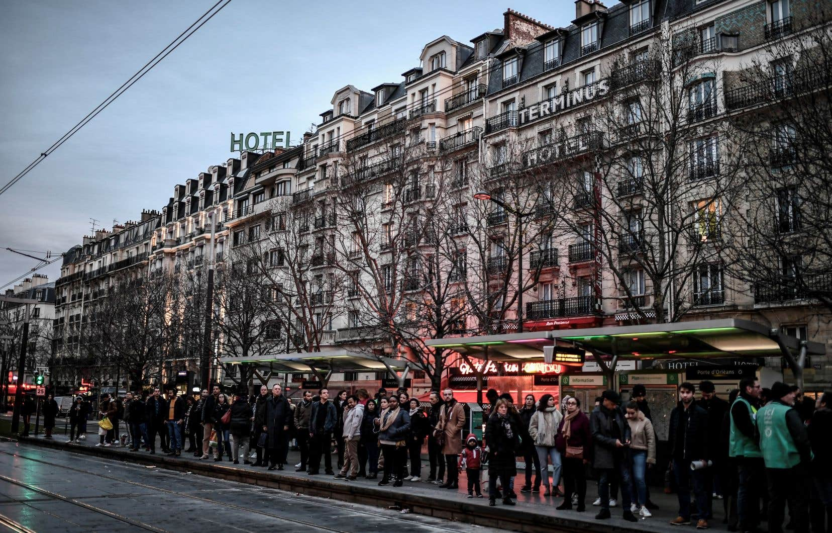 Les utilisateurs du transport en commun, comme ces usagers du tramway à Paris, doivent faire preuve de patience.