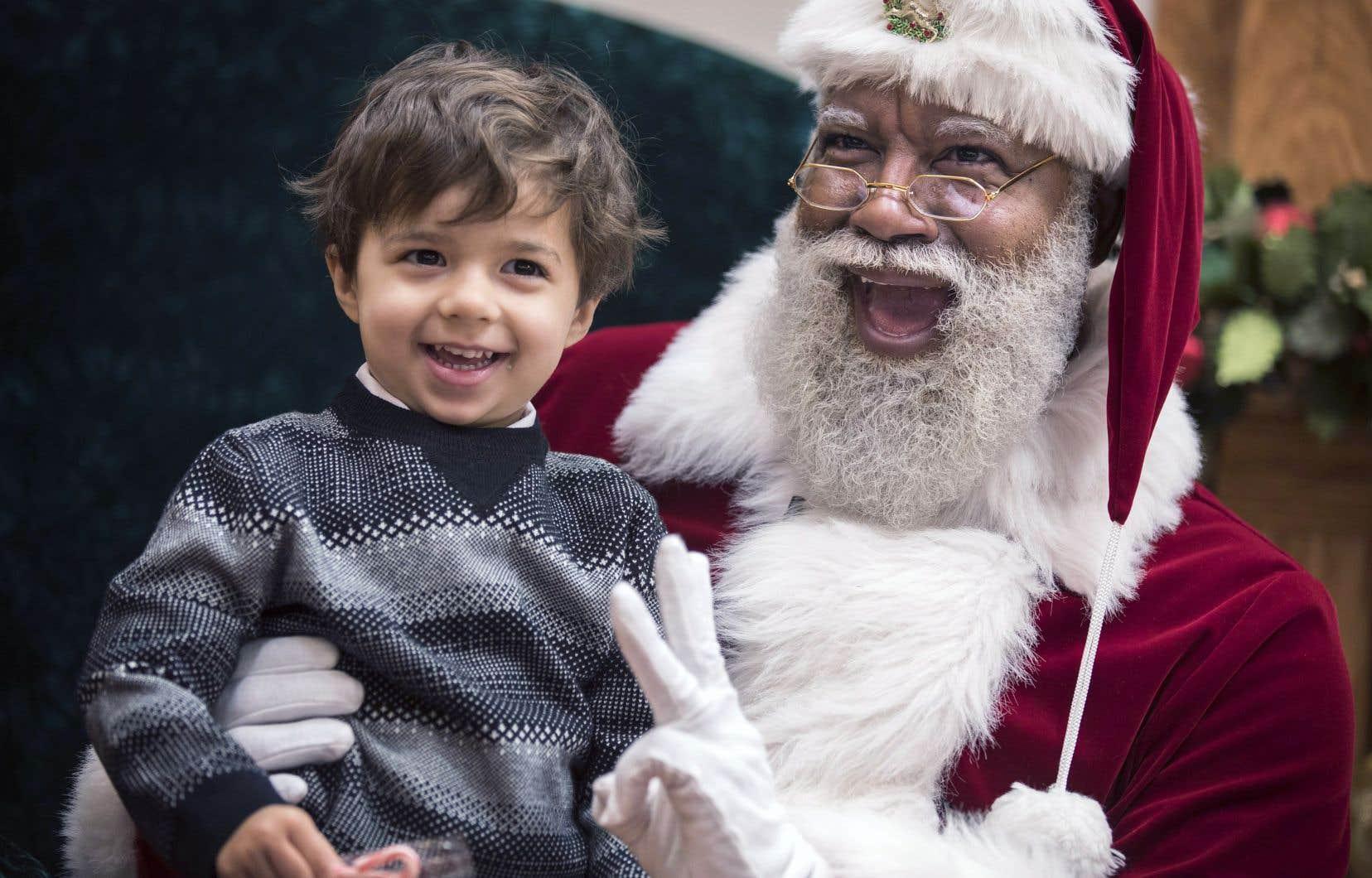 Larry Jefferson fait fureur dans son costume de père Noël partout où il va aux États-Unis.