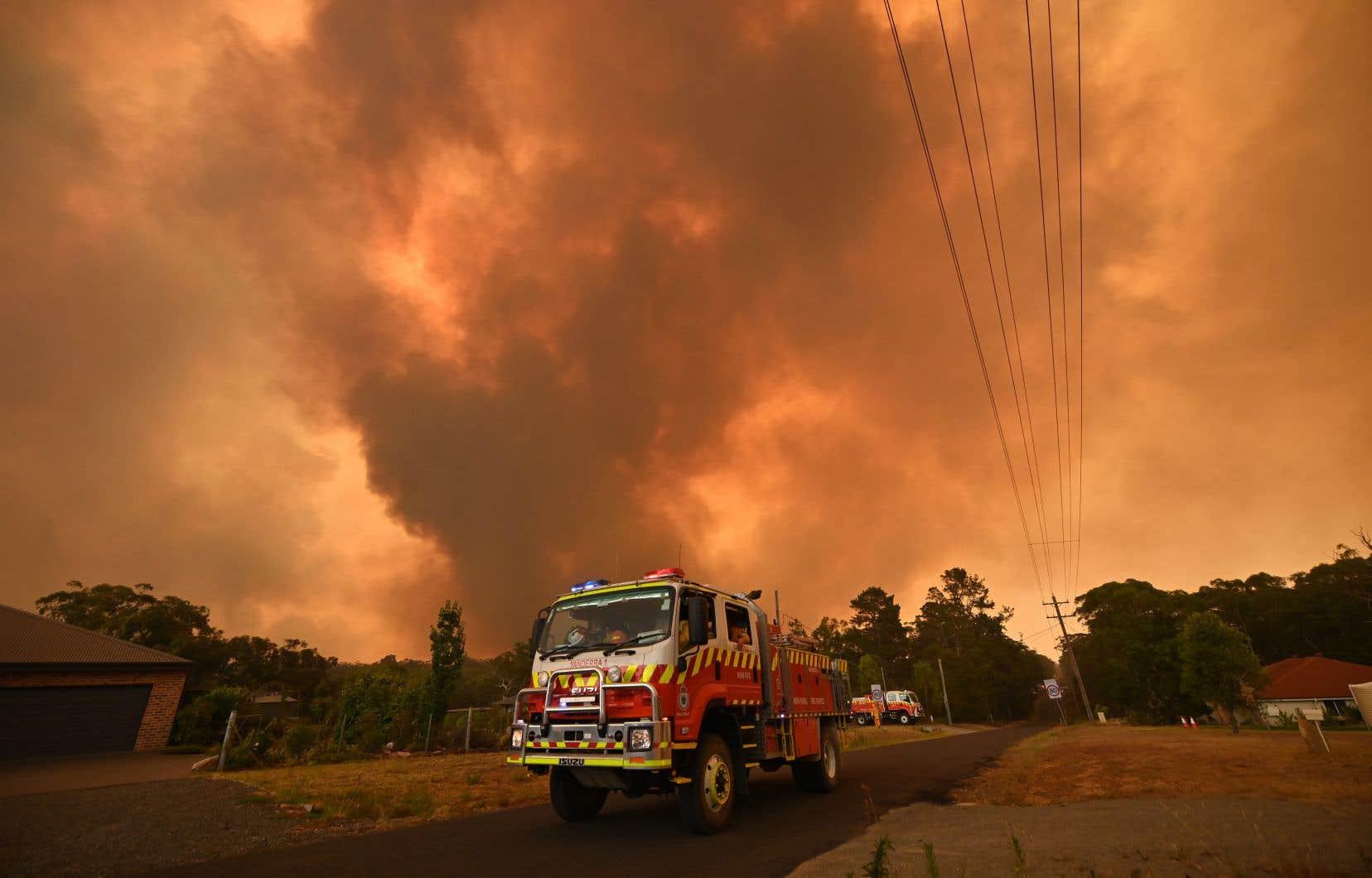 Des habitants de la petite ville de Bargo, à une centaine de kilomètres au sud-est, ont été évacués devant l'avancée du feu.