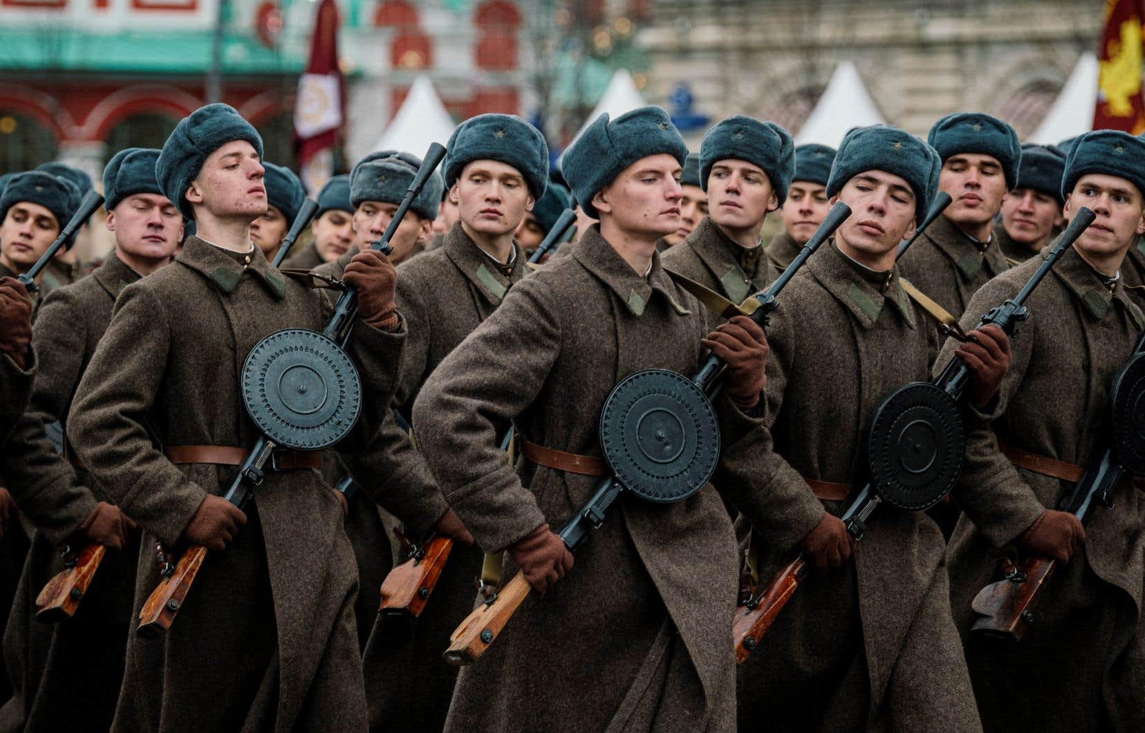 Des militaires russes vêtus d'uniformes historiques paradent pendant un défilé militaire sur la Place Rouge à Moscou le 7 novembre 2019.
